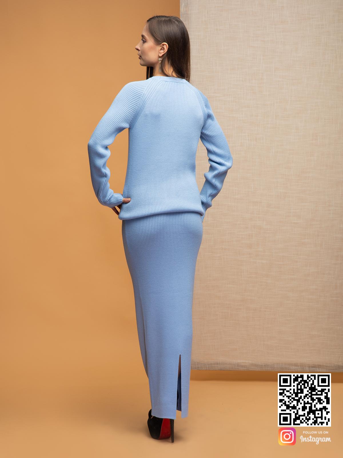На второй фотографии женский голубой костюм с юбкой со спины от Shapar, бренда вязаной одежды ручной работы в интернет-магазине связанных спицами вещей.