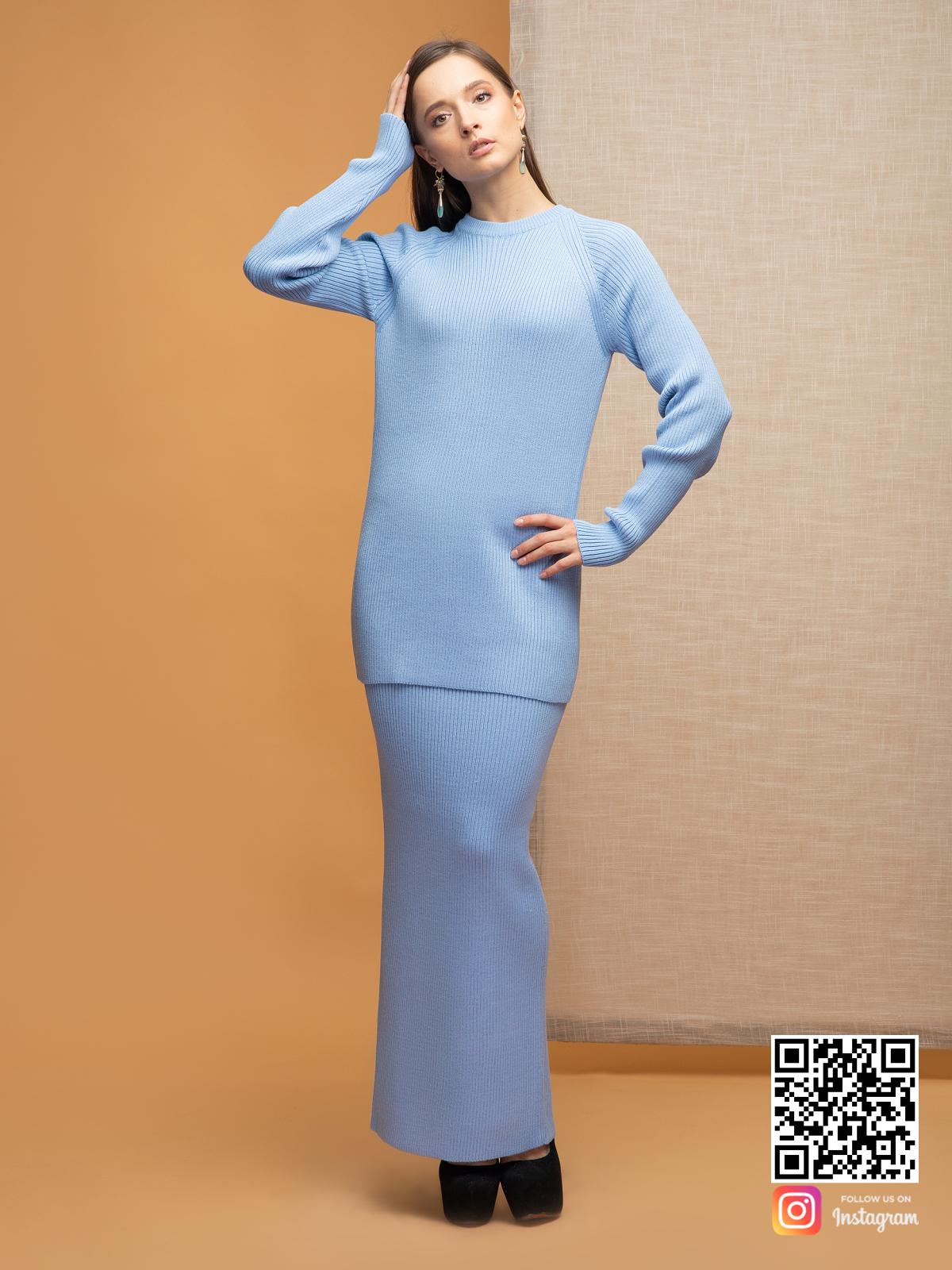 На третьей фотографии модный повседневный голубой костюм с юбкой для девушек и женщин от Shapar, бренда вязаной одежды ручной работы в интернет-магазине связанных спицами вещей.