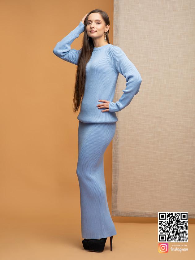 На фотографии голубой костюм с юбкой от Shapar, бренда вязаной одежды ручной работы в интернет-магазине связанных спицами вещей.