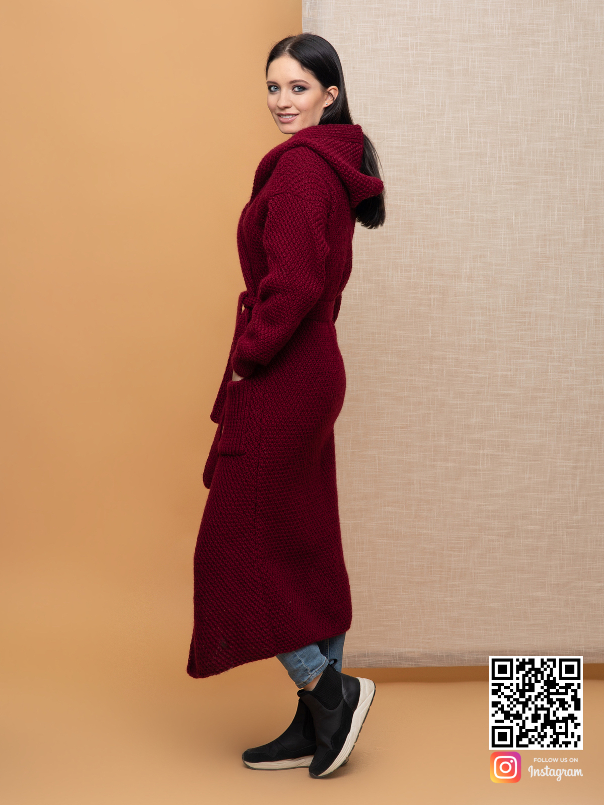На четвертой фотографии длинный бордовый кардиган женский с поясом от Shapar, бренда вязаной одежды ручной работы в интернет-магазине связанных спицами вещей.
