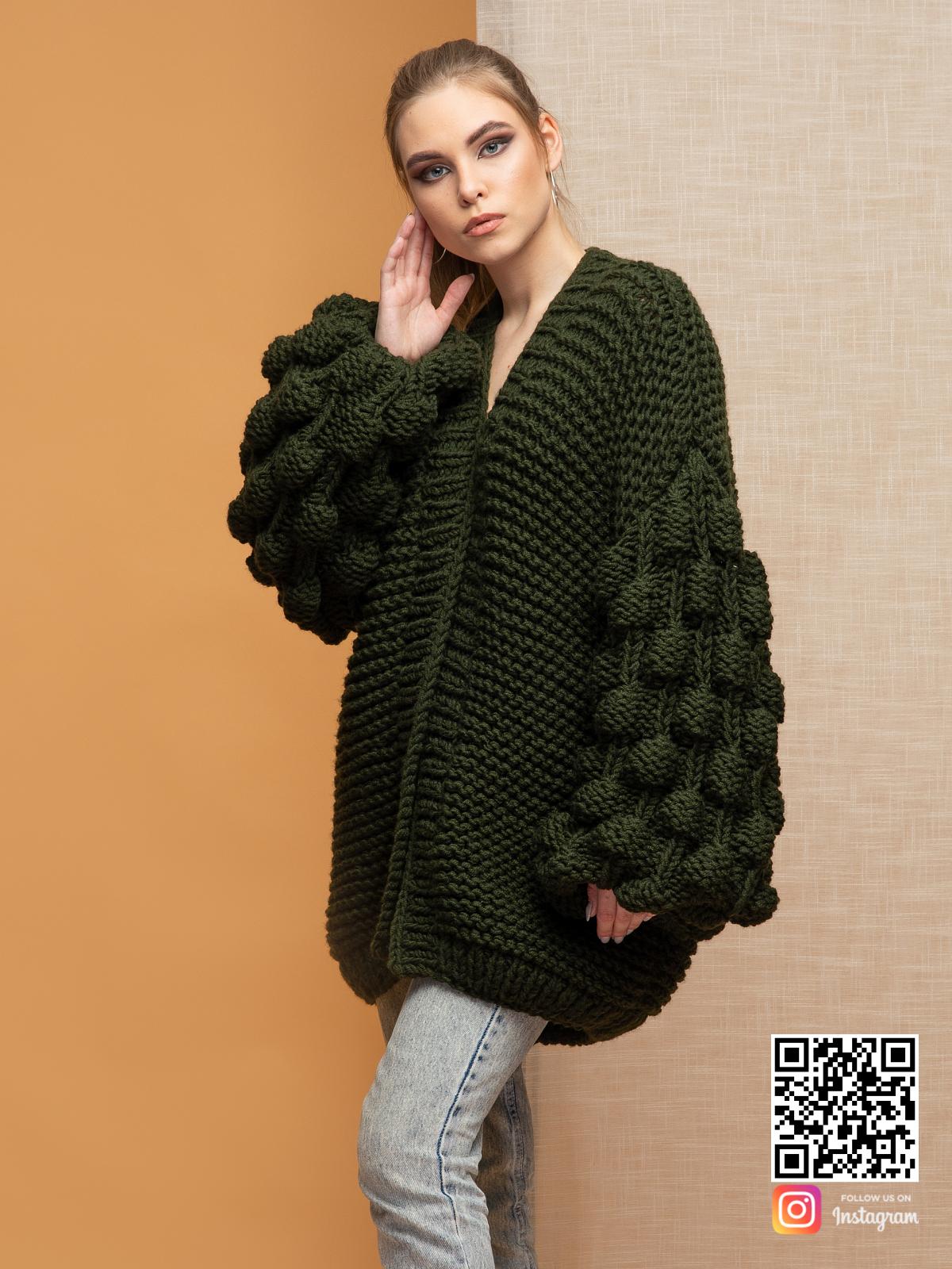 На третьей фотографии женский кардиган крупной вязкой с объемными рукавами от Shapar, бренда вязаной одежды ручной работы в интернет-магазине связанных спицами вещей.