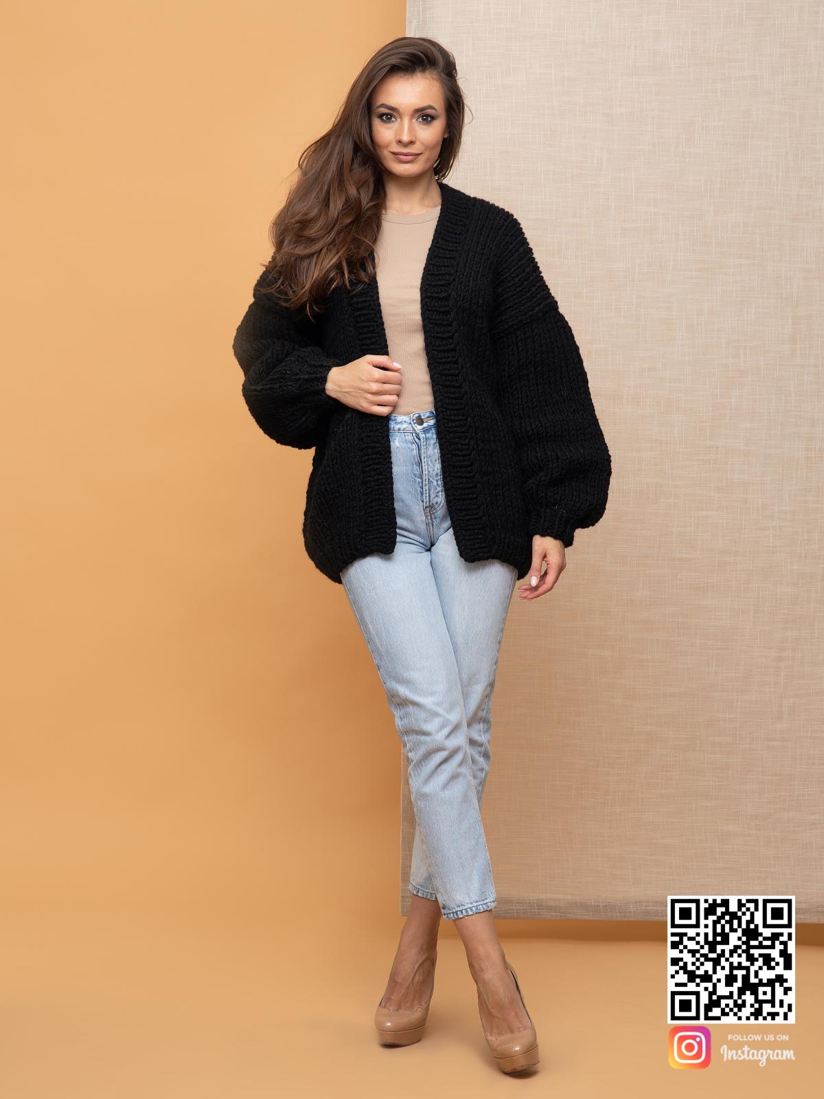 На фотографии женский кардиган на осень от Shapar, бренда вязаной одежды ручной работы в интернет-магазине связанных спицами вещей.
