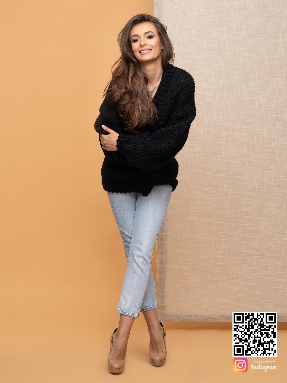 На третьей фотографии женский кардиган на осень черного цвета от Shapar, бренда вязаной одежды ручной работы в интернет-магазине связанных спицами вещей.