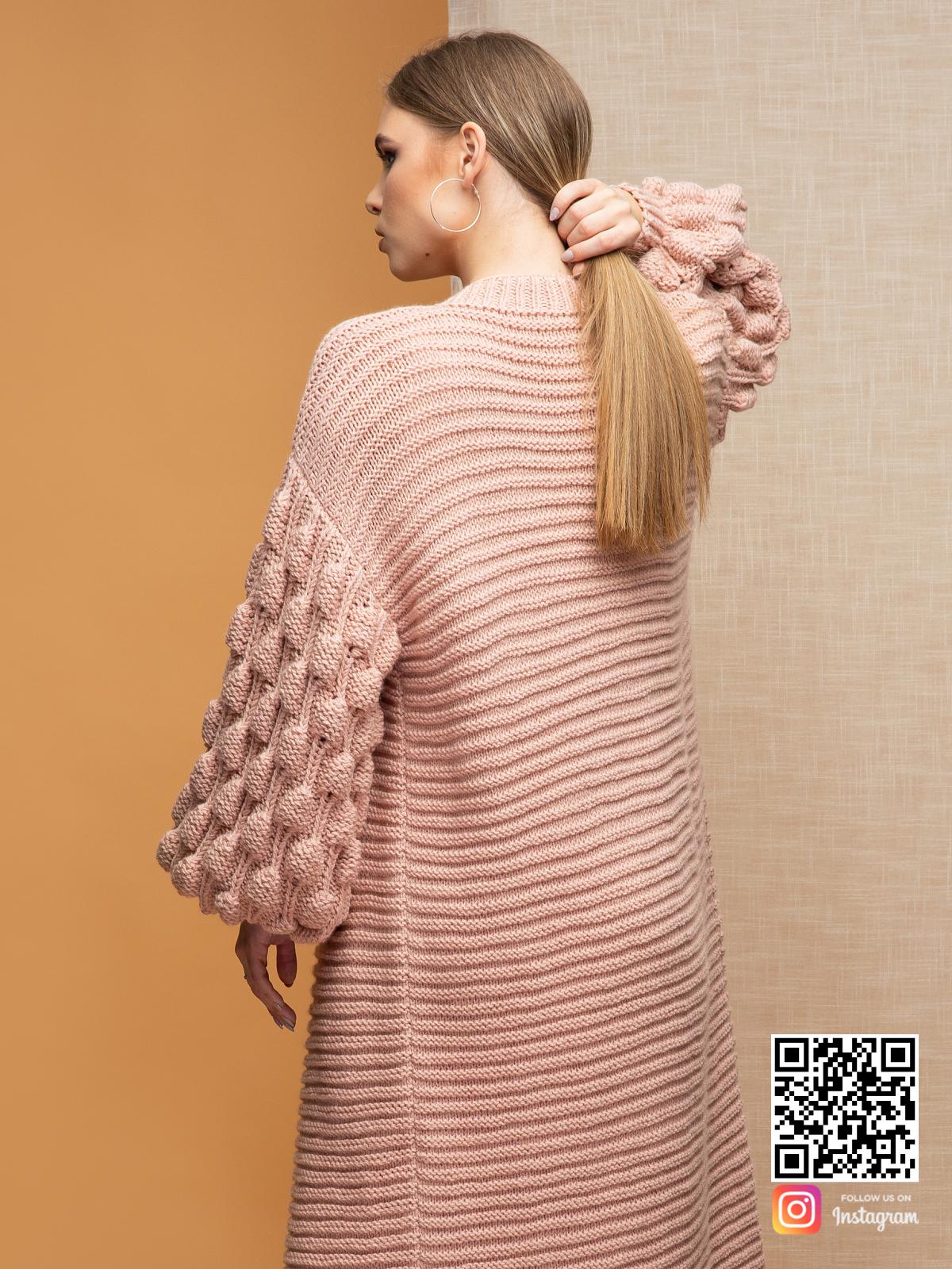 На четвертой фотографии длинный кардиган пудровый с объемными рукавами от Shapar, бренда вязаной одежды ручной работы в интернет-магазине связанных спицами вещей.
