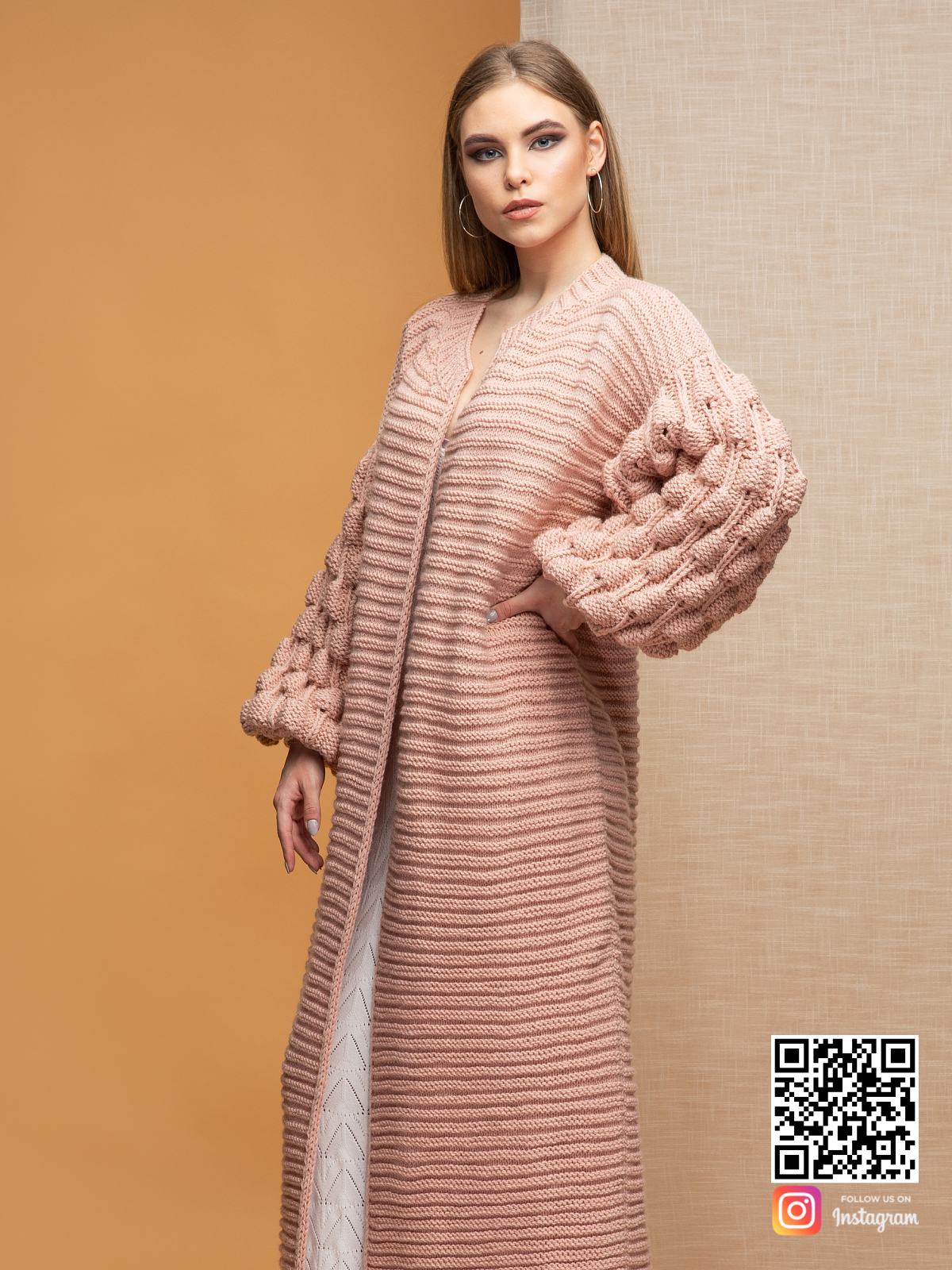 На третьей фотографии женский кардиган цвета пудра с поясом от Shapar, бренда вязаной одежды ручной работы в интернет-магазине связанных спицами вещей.