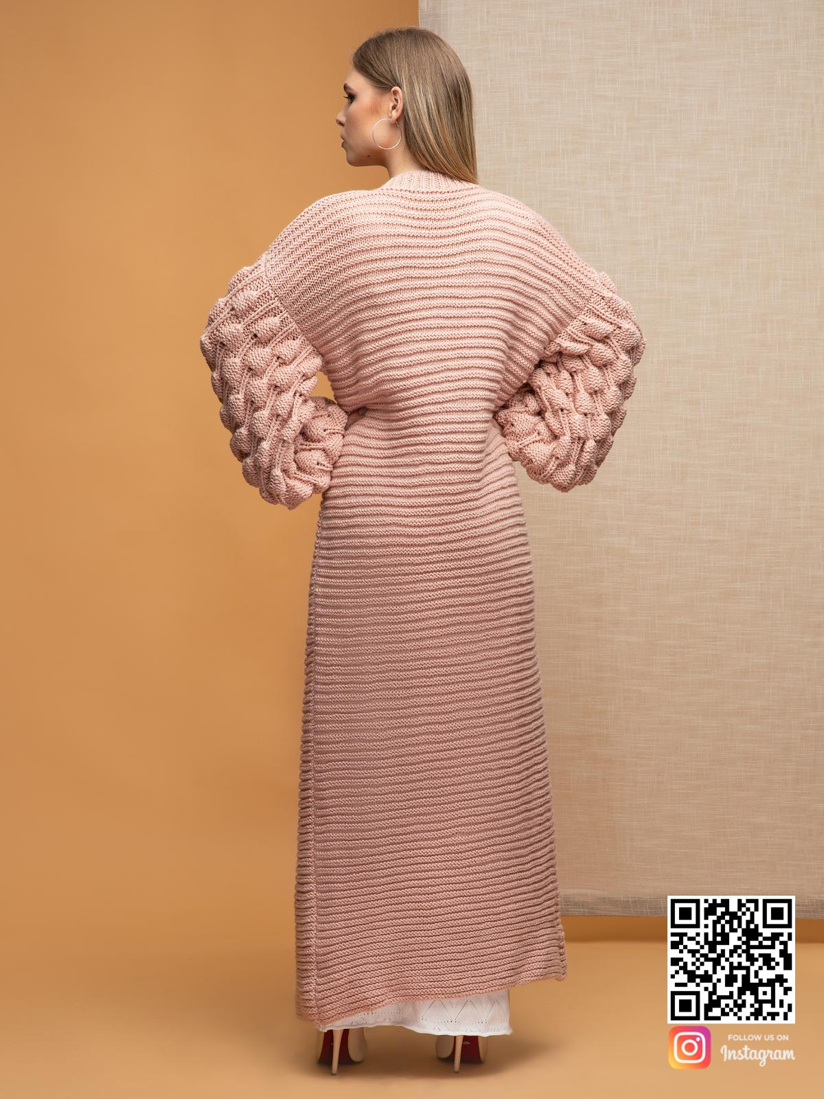 На второй фотографии женский кардиган пудрового цвета со спины от Shapar, бренда вязаной одежды ручной работы в интернет-магазине связанных спицами вещей.