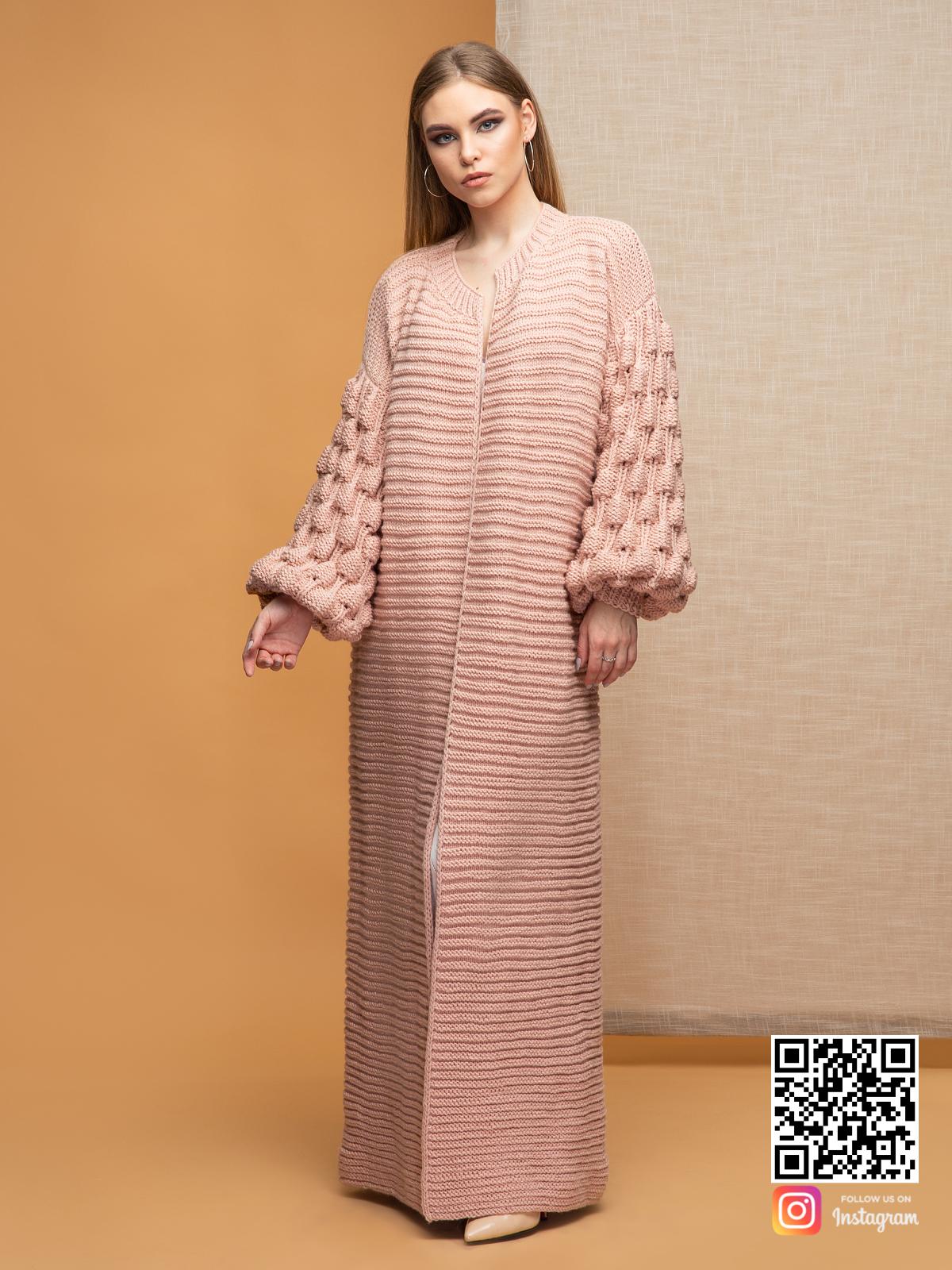 На фотографии женский кардиган пудра от Shapar, бренда вязаной одежды ручной работы в интернет-магазине связанных спицами вещей.