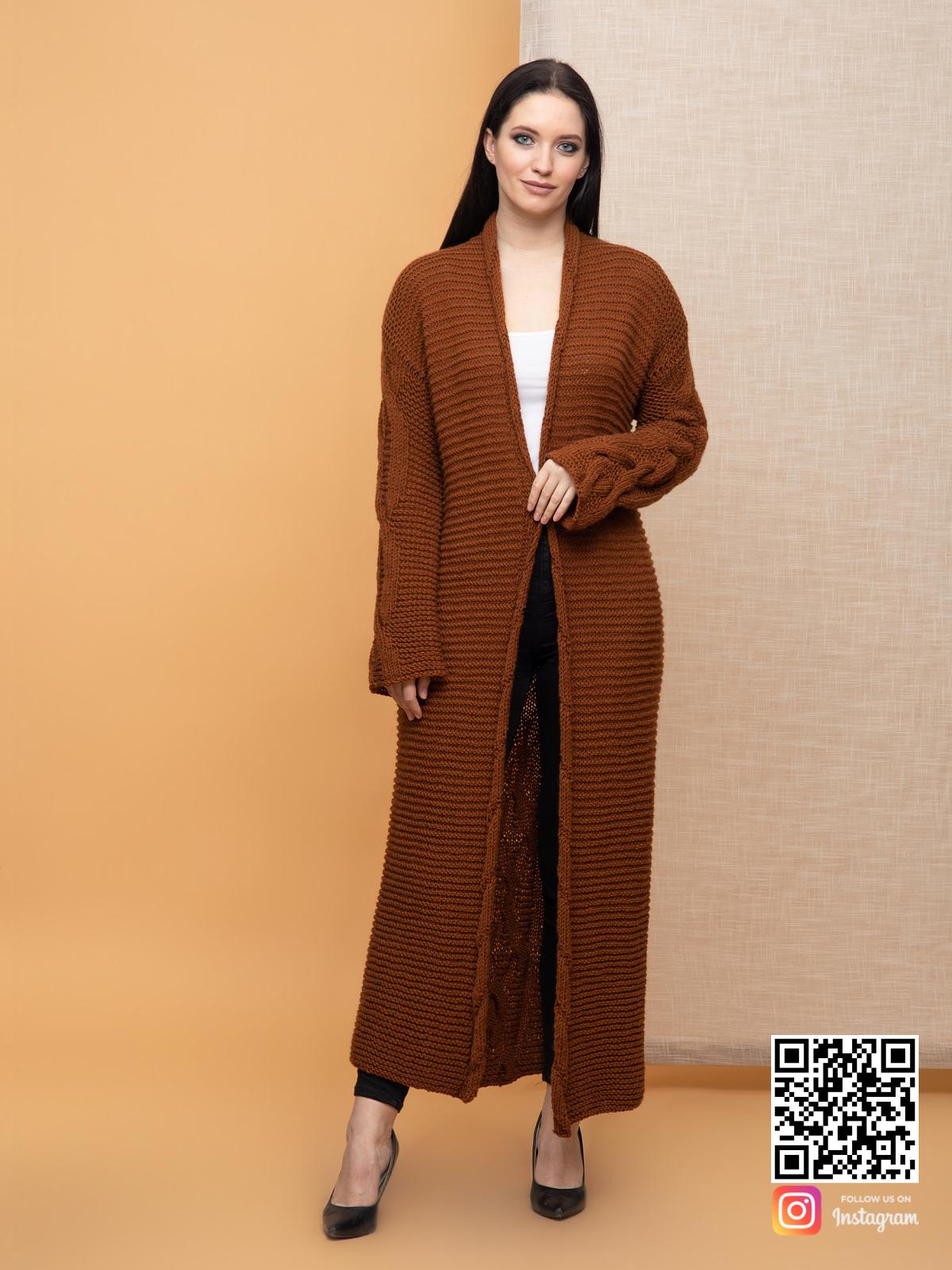 На четвертой фотографии длинный  коричневый женский кардиган с косами от Shapar, бренда вязаной одежды ручной работы в интернет-магазине связанных спицами вещей.