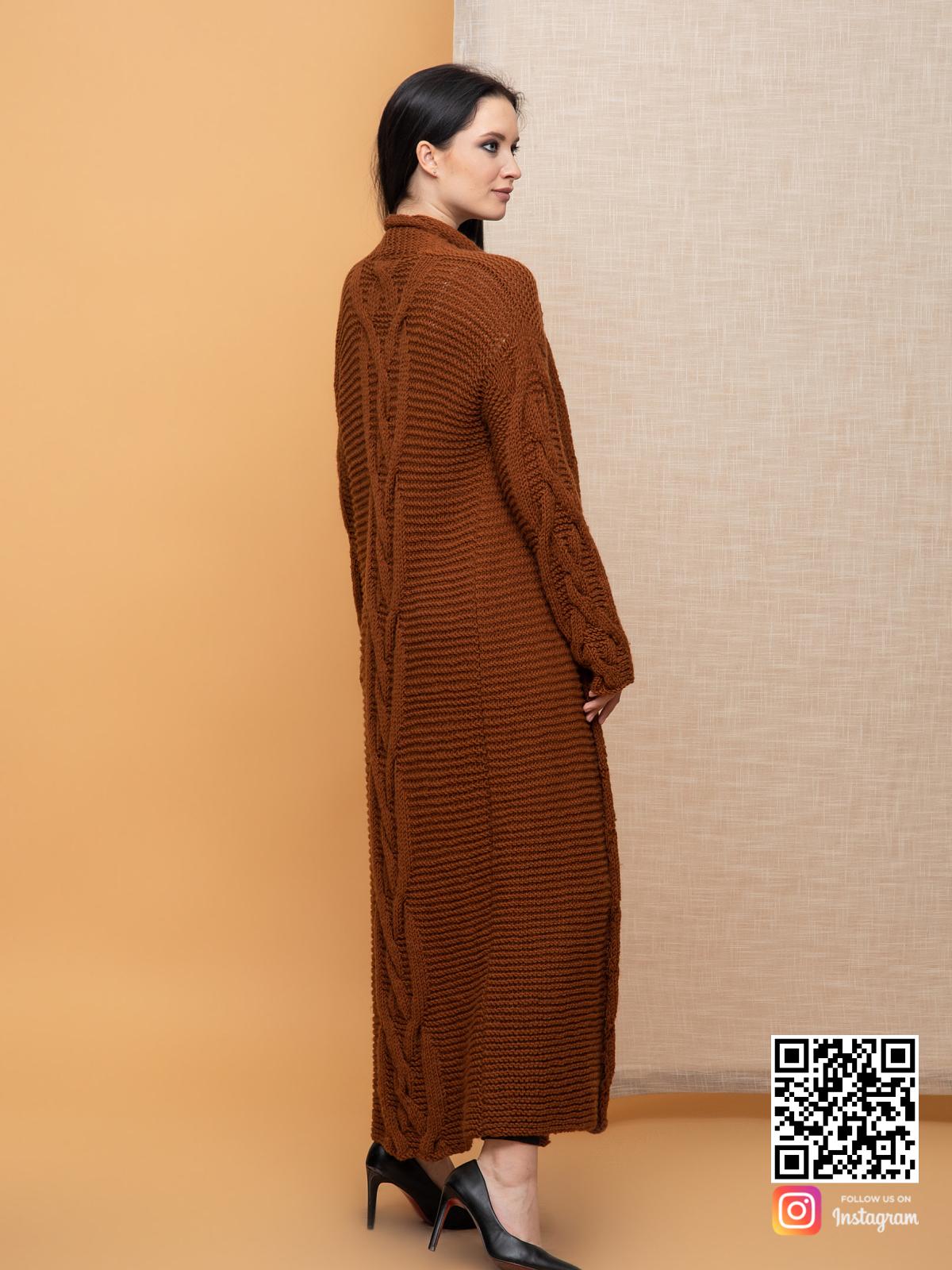 На второй фотографии женский кардиган с косами со спины от Shapar, бренда вязаной одежды ручной работы в интернет-магазине связанных спицами вещей.