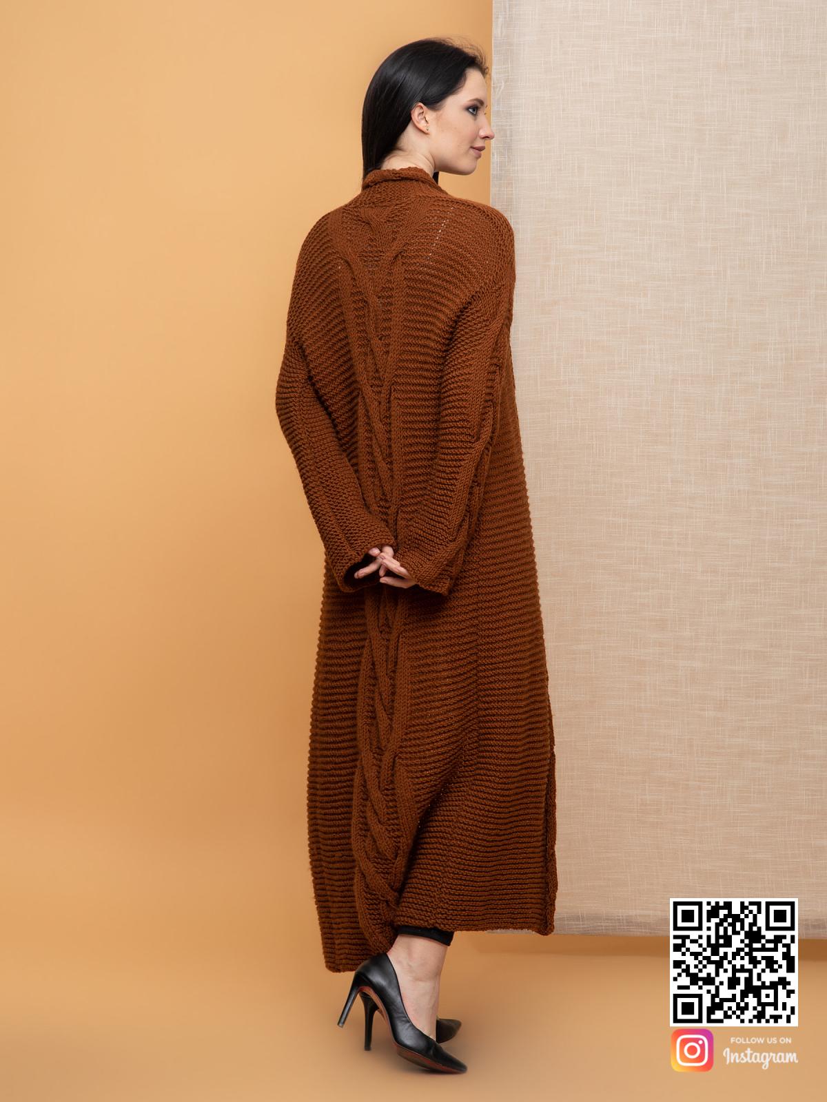 На пятой фотографии женский кардиган с косами на рукавах и спине от Shapar, бренда вязаной одежды ручной работы в интернет-магазине связанных спицами вещей.