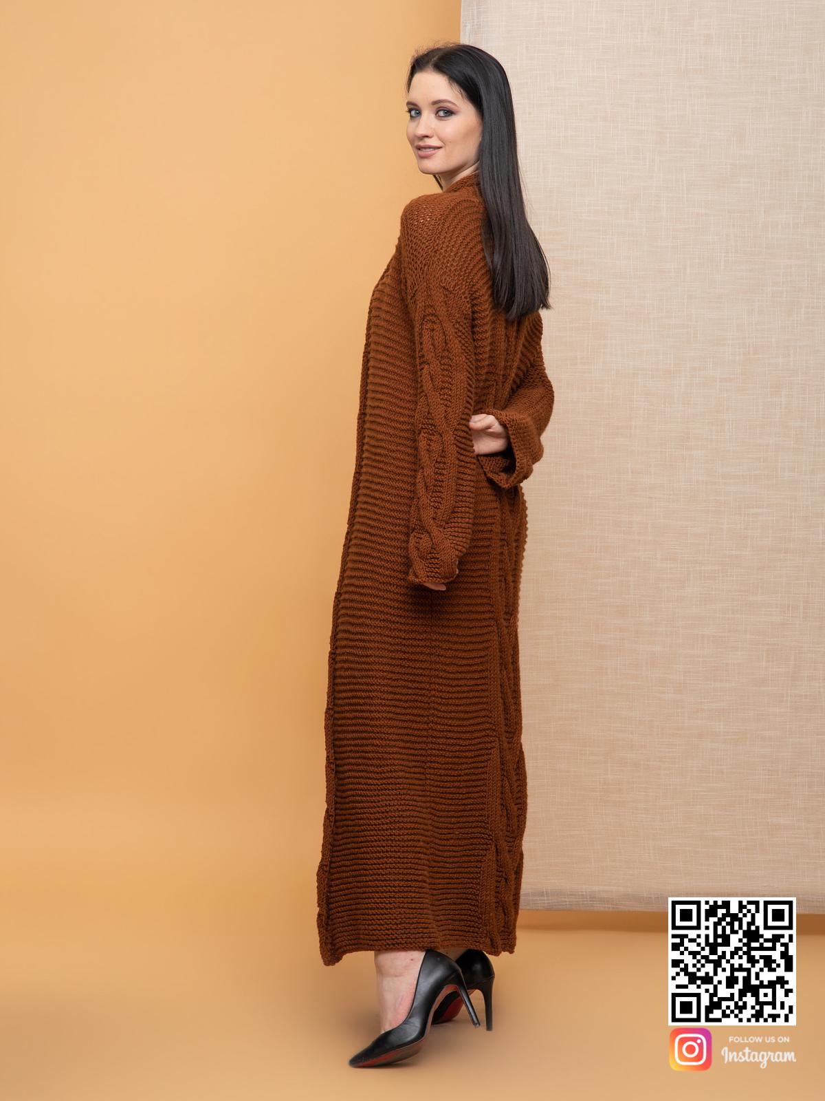 На третьей фотографии женский кардиган с косами коричневого цвета от Shapar, бренда вязаной одежды ручной работы в интернет-магазине связанных спицами вещей.