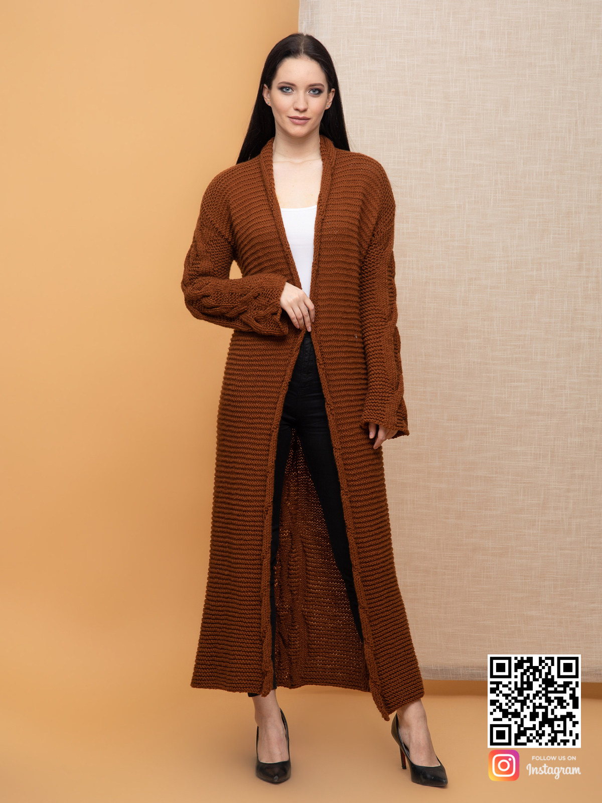На фотографии женский кардиган с косами от Shapar, бренда вязаной одежды ручной работы в интернет-магазине связанных спицами вещей.