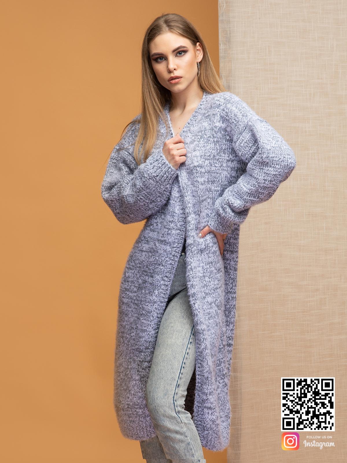 На фотографии кардиган серый меланж от Shapar, бренда вязаной одежды ручной работы в интернет-магазине связанных спицами вещей.