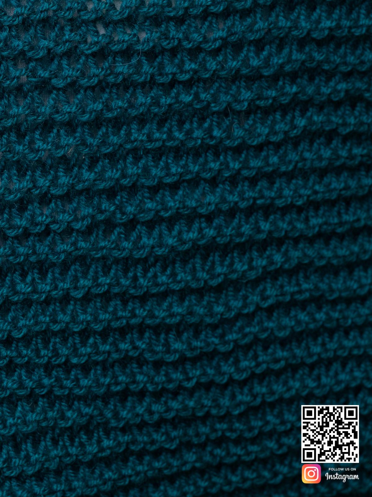 На пятой фотографии кардиган в цвете морской волны крупным планом от Shapar, бренда вязаной одежды ручной работы в интернет-магазине связанных спицами вещей.