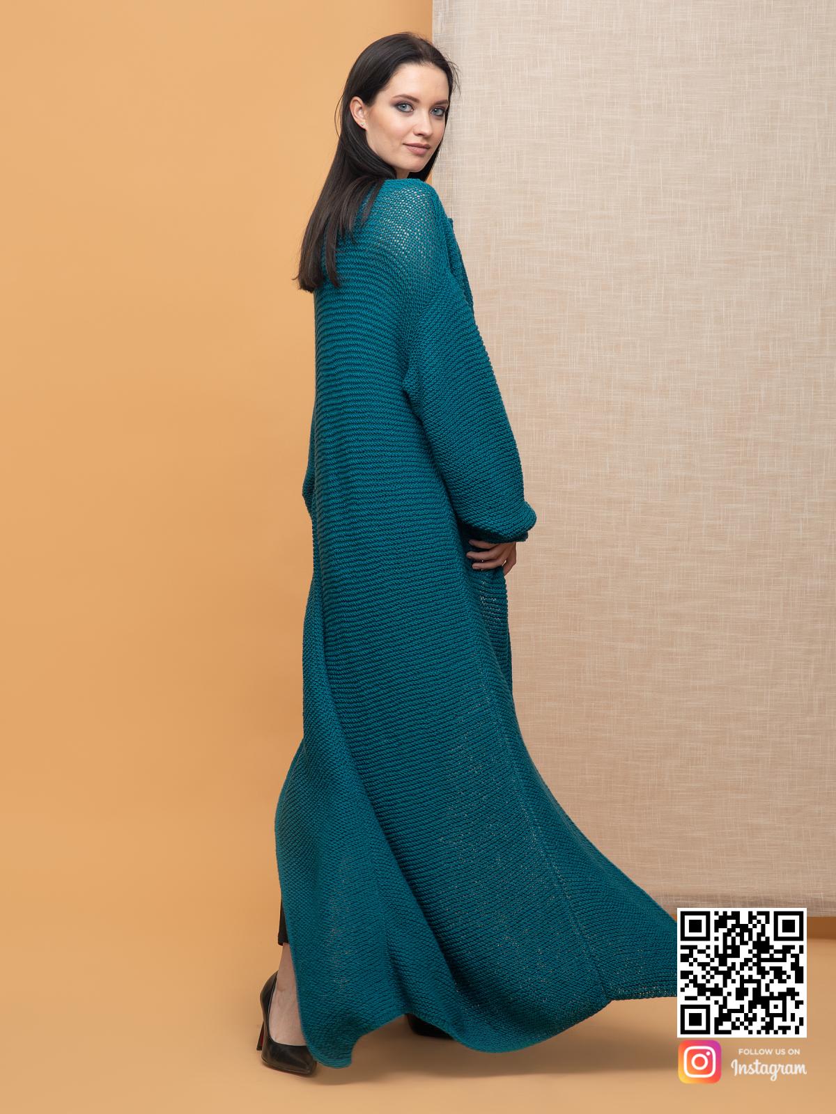 На фотографии кардиган в цвете морской волны от Shapar, бренда вязаной одежды ручной работы в интернет-магазине связанных спицами вещей.