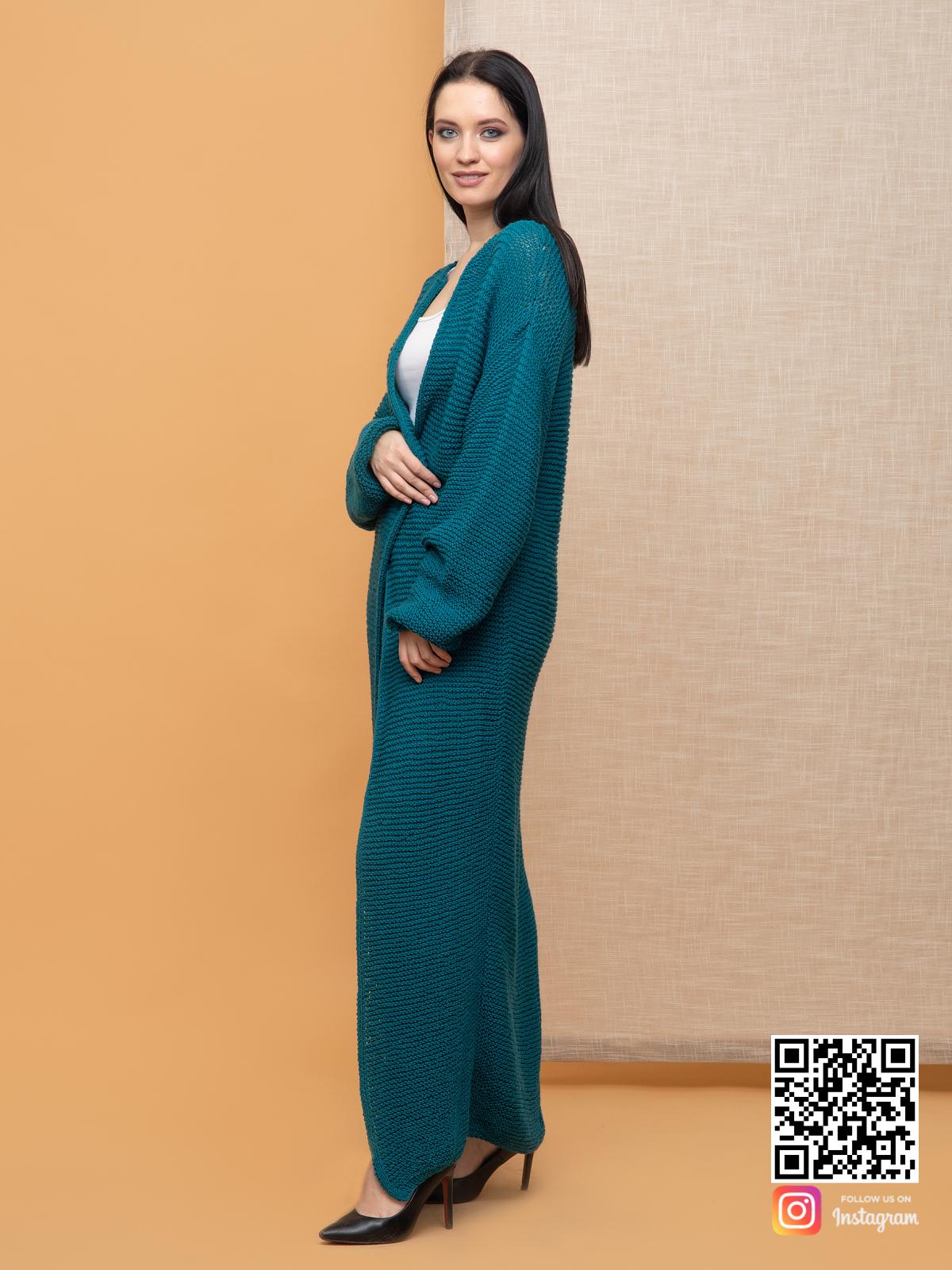 На четвертой фотографии женский кардиган в цвете морской волны от Shapar, бренда вязаной одежды ручной работы в интернет-магазине связанных спицами вещей.