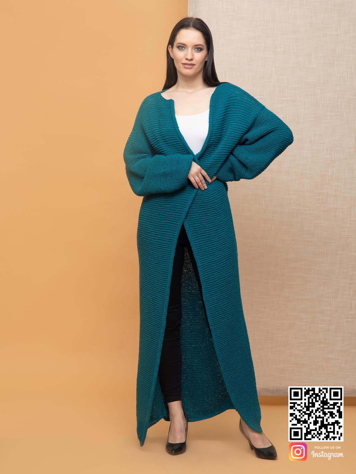 На третьей фотографии длинный кардиган в цвете морской волны от Shapar, бренда вязаной одежды ручной работы в интернет-магазине связанных спицами вещей.