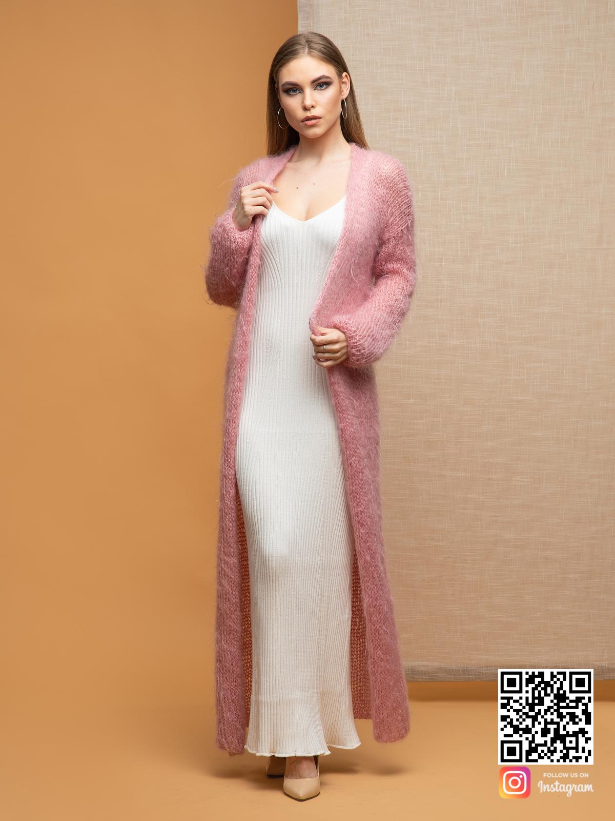 На фотографии кардиган женский пушистый от Shapar, бренда женской одежды ручной работы в интернет-магазине связанных спицами вещей.