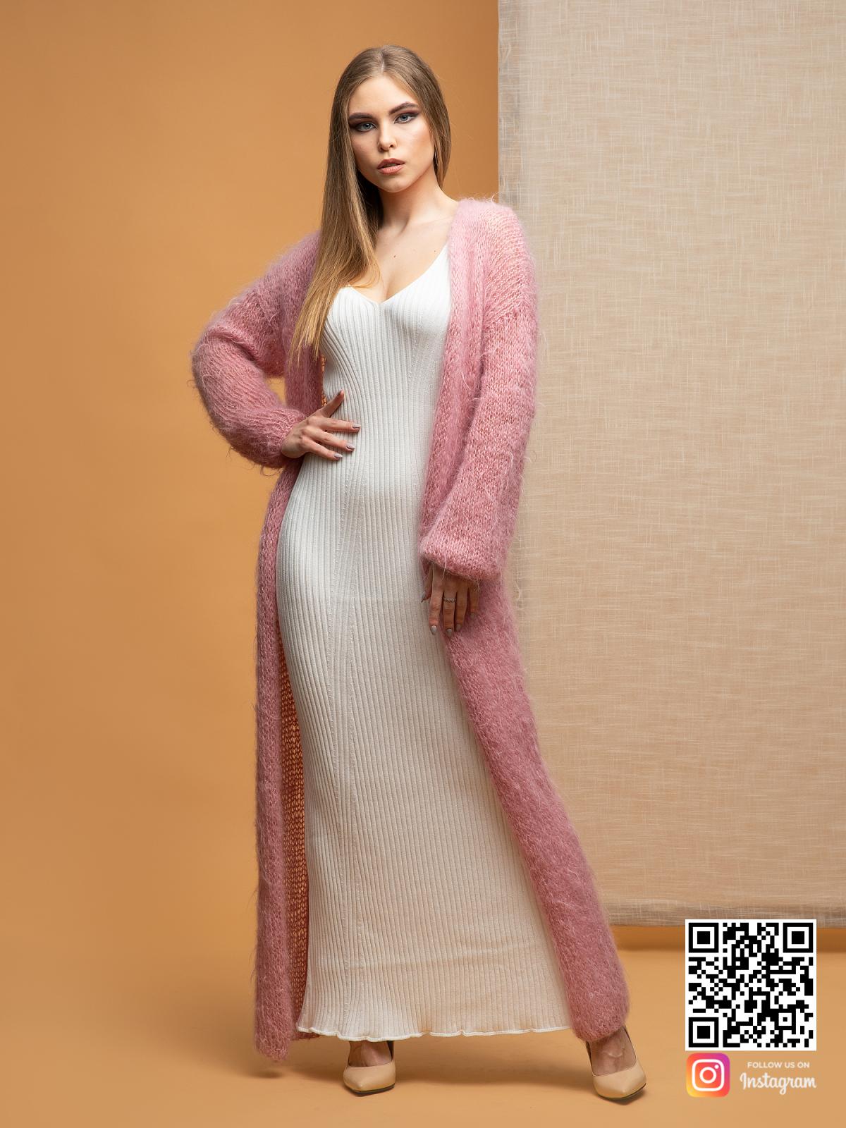 На седьмой фотографии женский пушистый кардиган оттенка пудры от Shapar, бренда женской одежды ручной работы в интернет-магазине связанных спицами вещей.