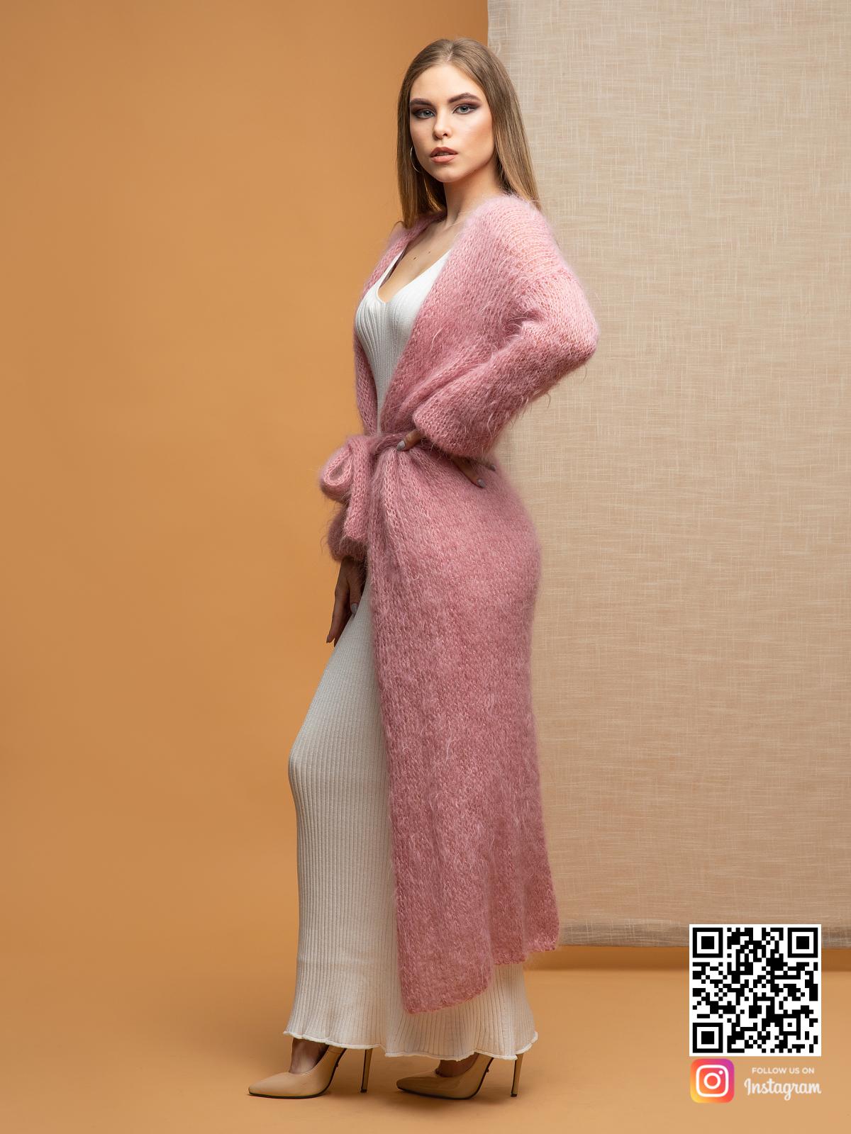 На третьей фотографии розовый кардиган женский пушистый от Shapar, бренда женской одежды ручной работы в интернет-магазине связанных спицами вещей.