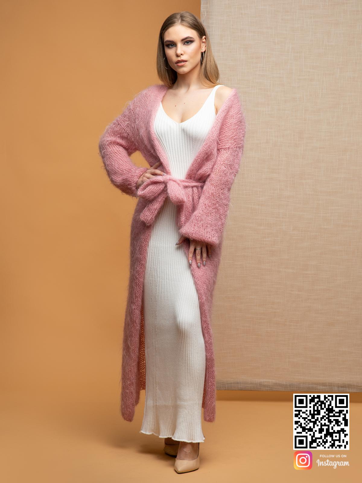 На четвертой фотографии кардиган женский пушистый с поясом от Shapar, бренда женской одежды ручной работы в интернет-магазине связанных спицами вещей.