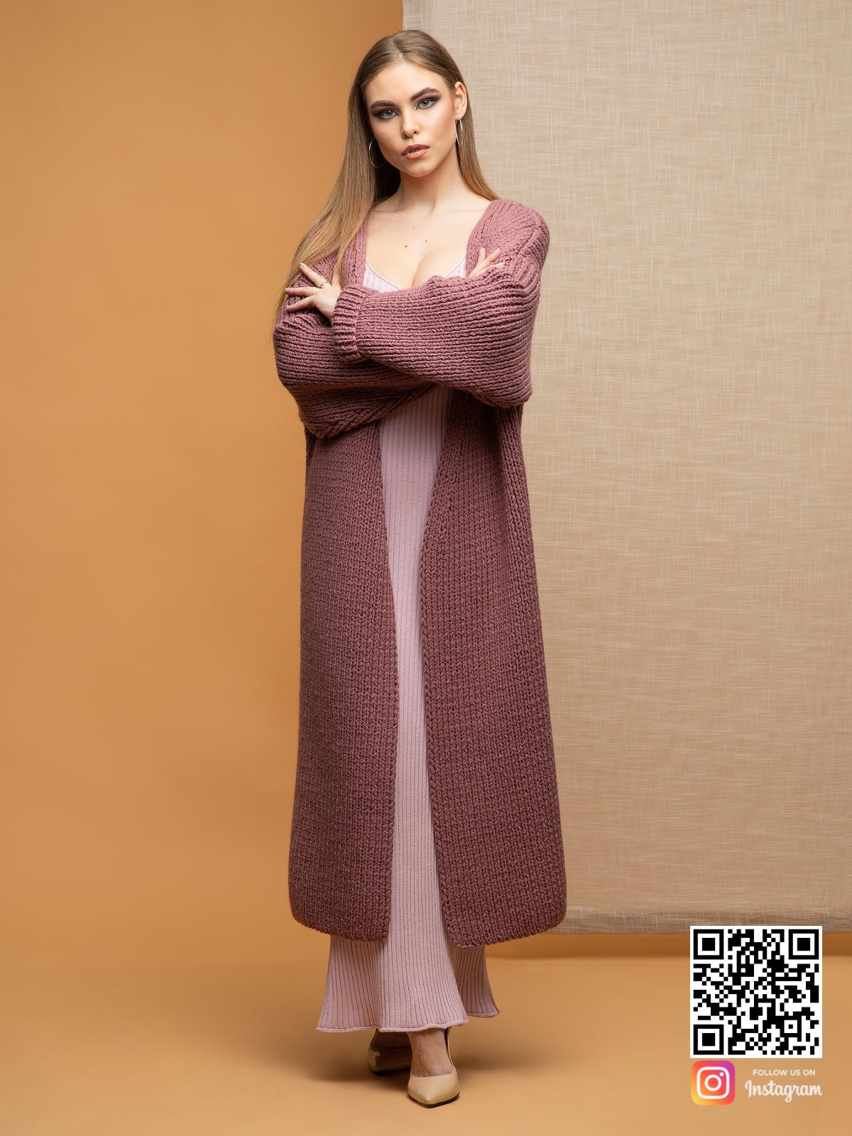 На пятой фотографии длинный женский классический кардиган от Shapar, бренда вязаной одежды ручной работы в интернет-магазине связанных спицами вещей.