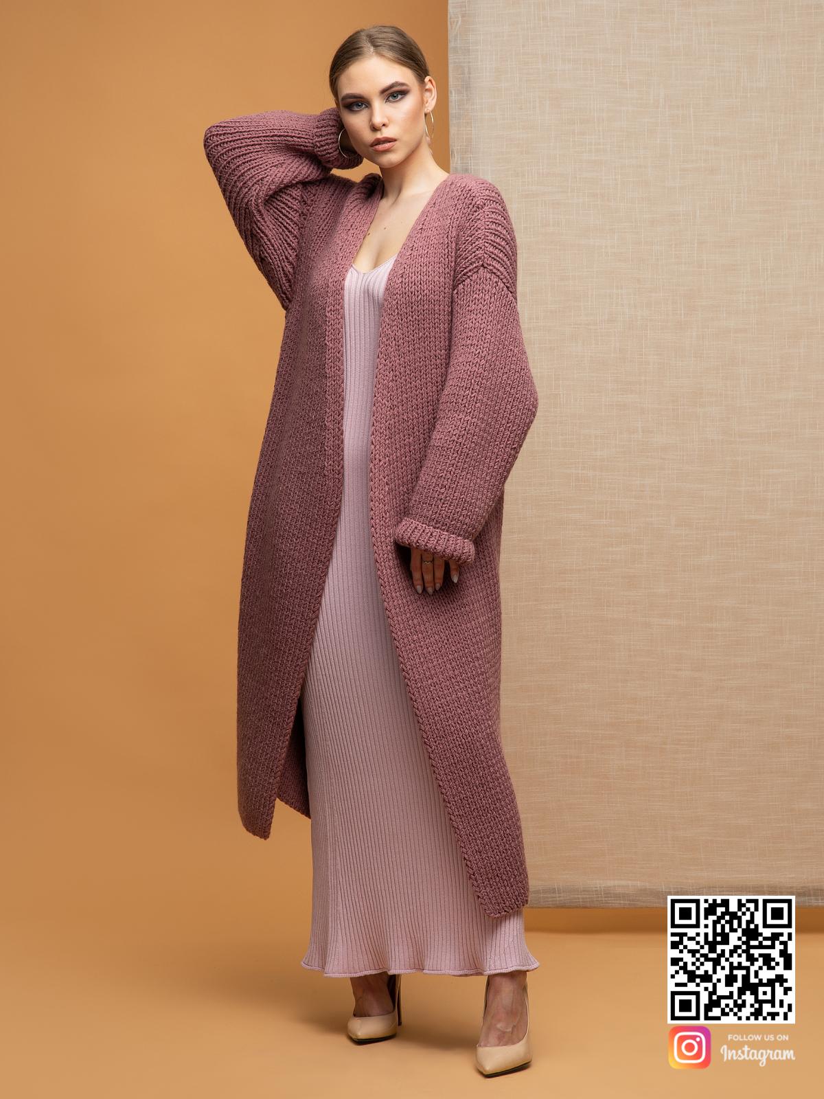 На третьей фотографии женский классический кардиган брусничного цвета от Shapar, бренда вязаной одежды ручной работы в интернет-магазине связанных спицами вещей.