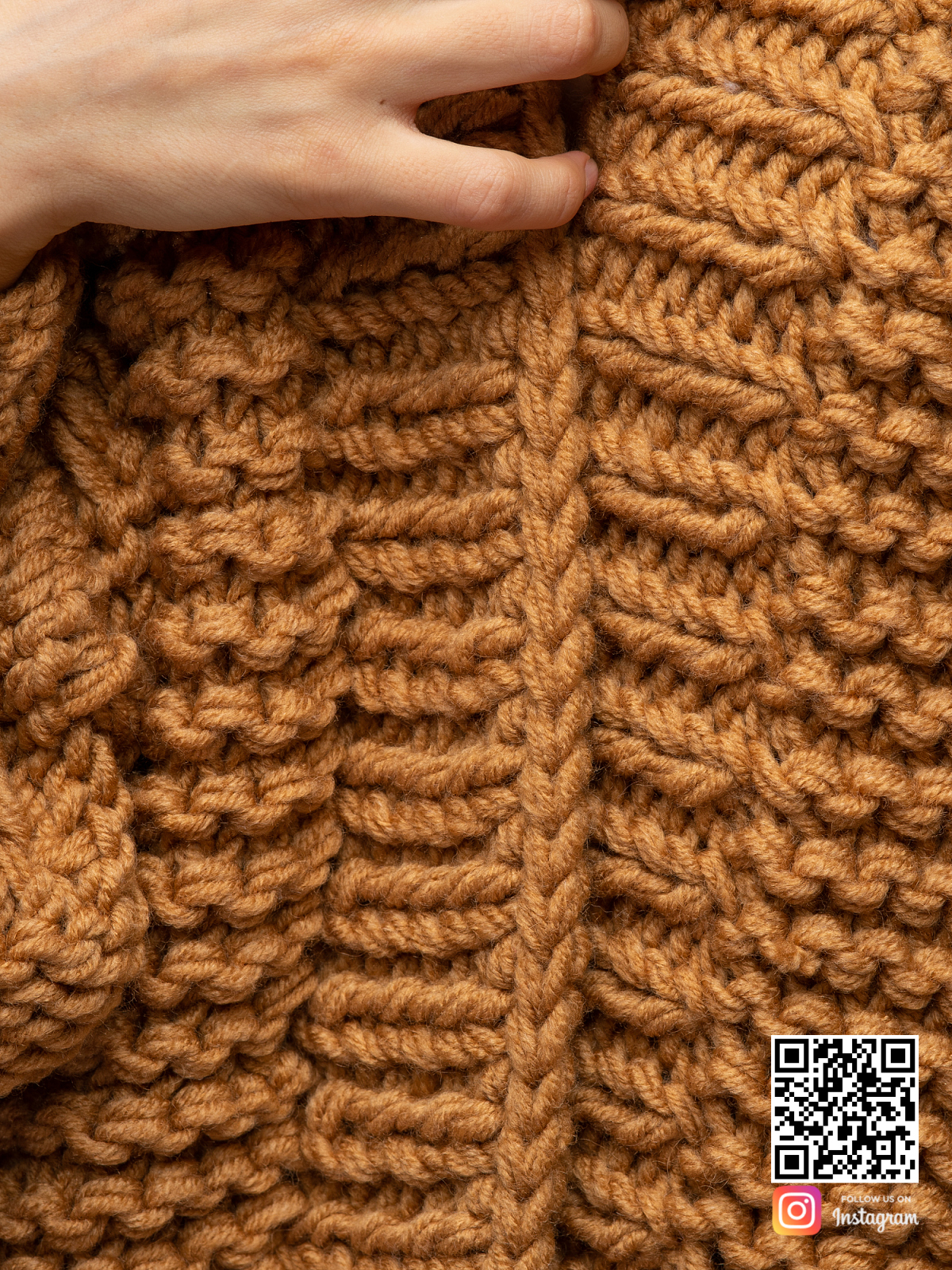 На пятой фотографии женский коричневый кардиган крупной вязки от Shapar, бренда вязаной одежды ручной работы в интернет магазине связанных спицами вещей.
