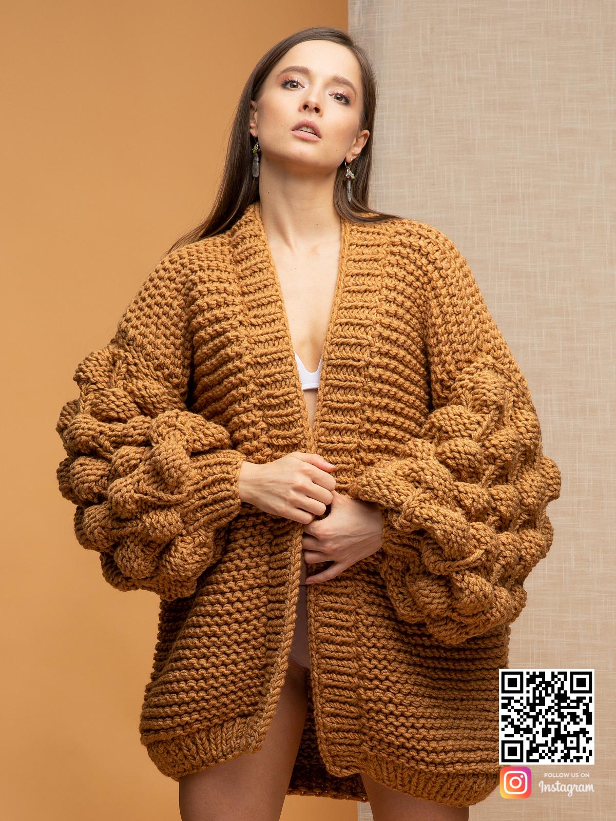 На четвертой фотографии женский коричневый кардиган с объемными рукавами от Shapar, бренда вязаной одежды ручной работы в интернет магазине связанных спицами вещей.