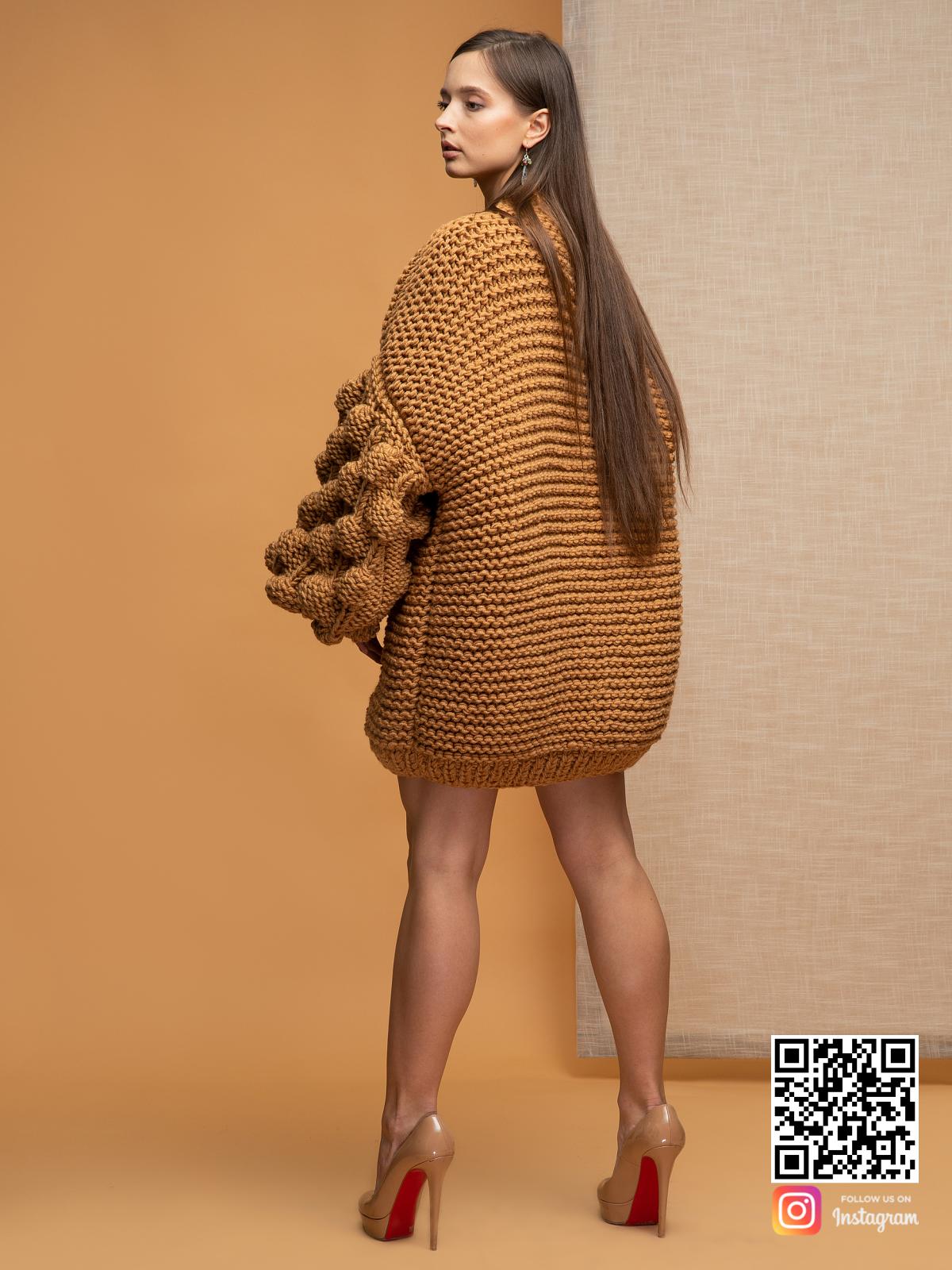 На третьей фотографии женский коричневый кардиган со спины от Shapar, бренда вязаной одежды ручной работы в интернет магазине связанных спицами вещей.