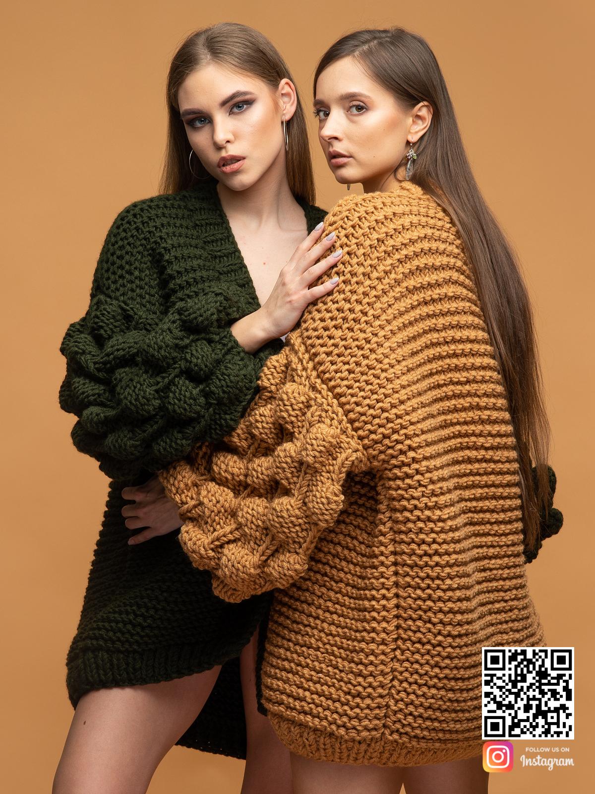 На второй фотографии женский коричневый и кардиган хаки для искушенных модниц от Shapar, бренда вязаной одежды ручной работы в интернет магазине связанных спицами вещей.