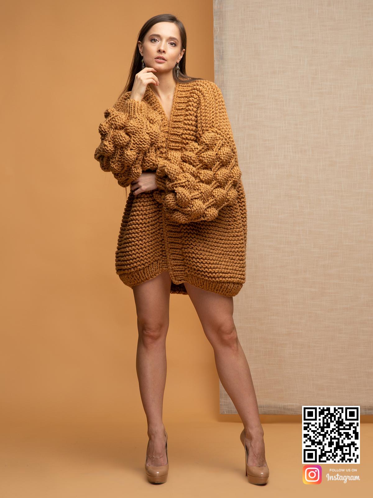 На фотографии женский коричневый кардиган от Shapar, бренда вязаной одежды ручной работы в интернет магазине связанных спицами вещей.