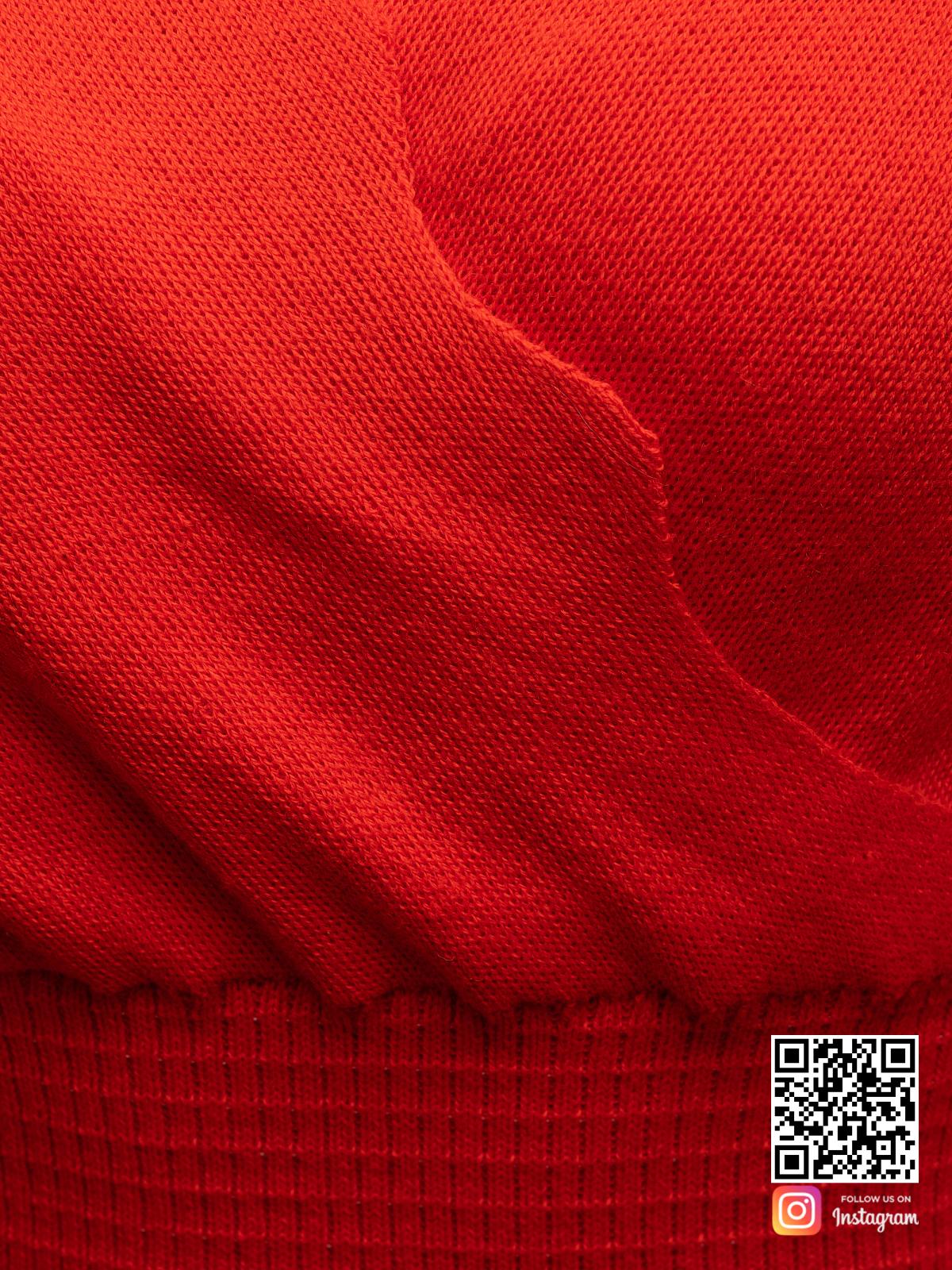 На четвертой фотографии красное деловое платье крупным планом от Shapar, бренда вязаной одежды ручной работы в интернет-магазине связанных спицами вещей.
