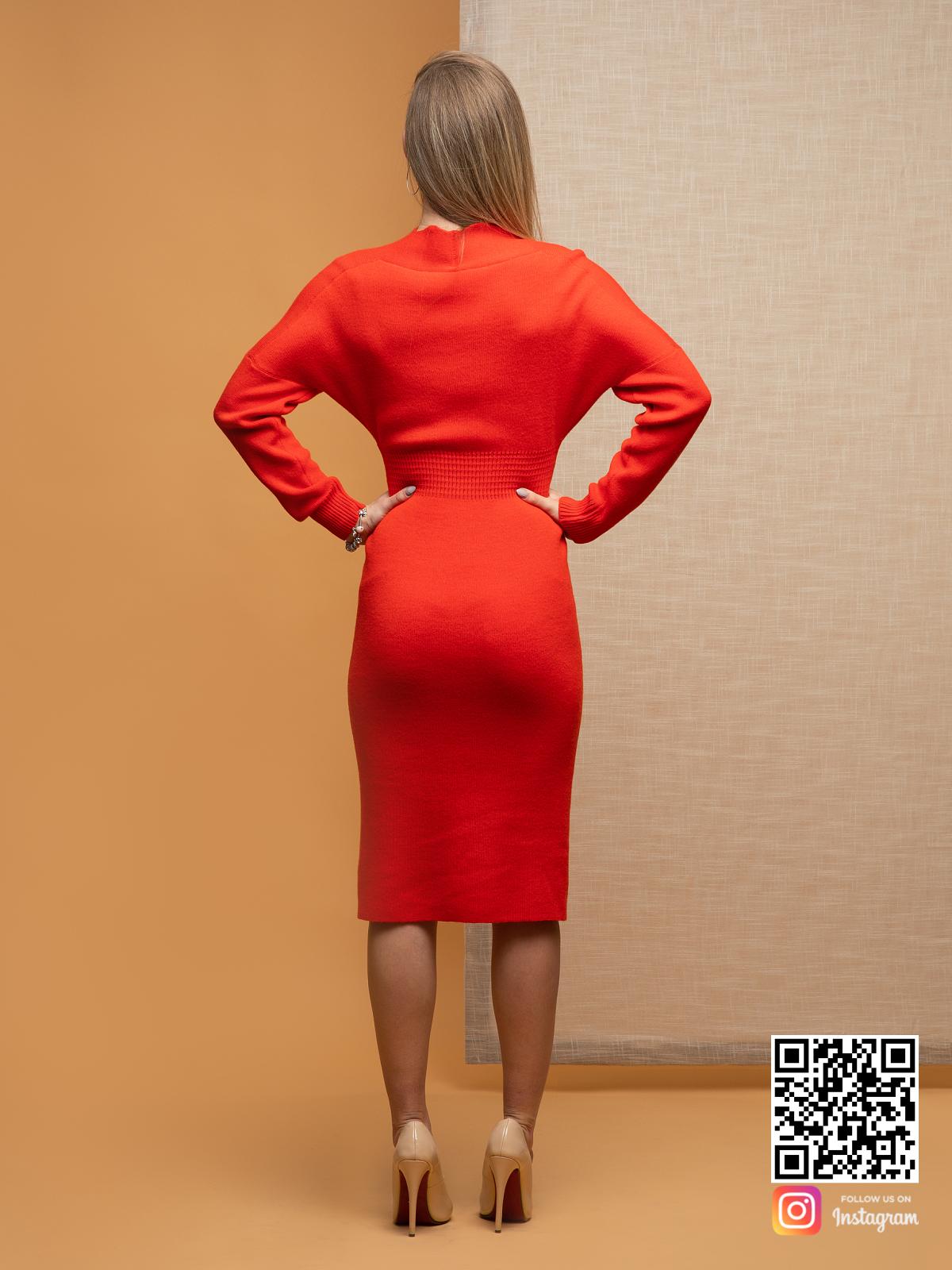 На второй фотографии красное деловое платье со спины от Shapar, бренда вязаной одежды ручной работы в интернет-магазине связанных спицами вещей.