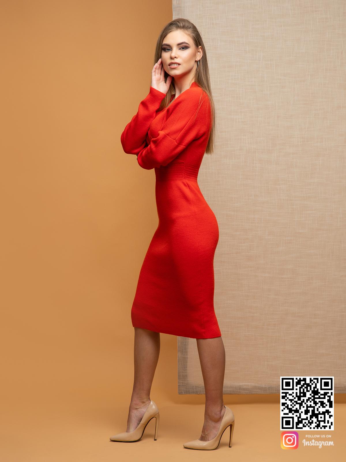 На третьей фотографии красное деловое платье в длине миди от Shapar, бренда вязаной одежды ручной работы в интернет-магазине связанных спицами вещей.