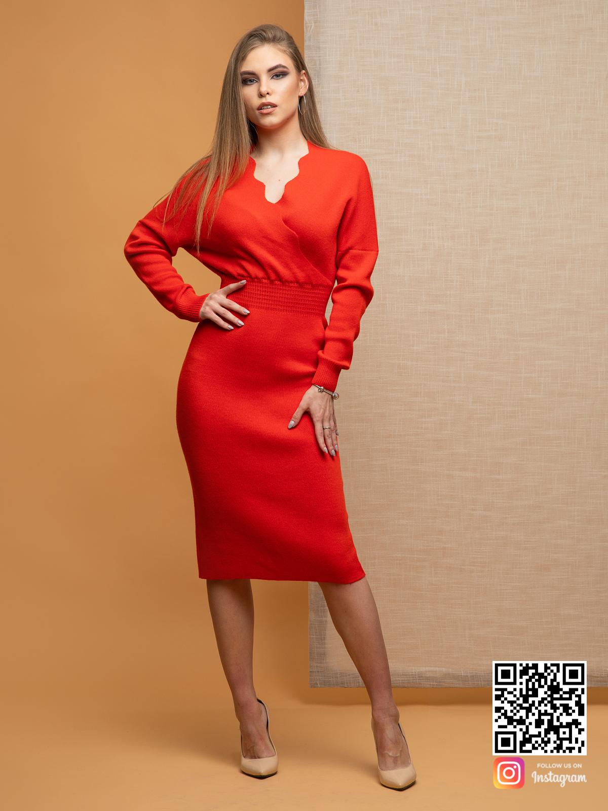 На фотографии красное деловое платье от Shapar, бренда вязаной одежды ручной работы в интернет-магазине связанных спицами вещей.