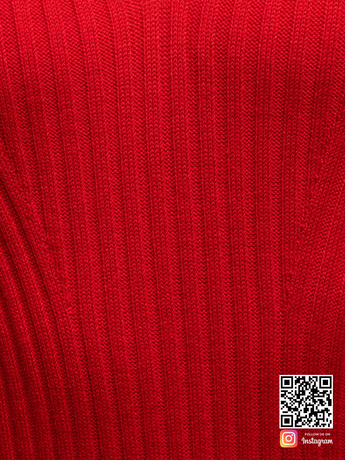На четвертой фотографии красное летнее платье крупным планом от Shapar, бренда вязаной одежды ручной работы в интернет-магазине связанных спицами вещей.