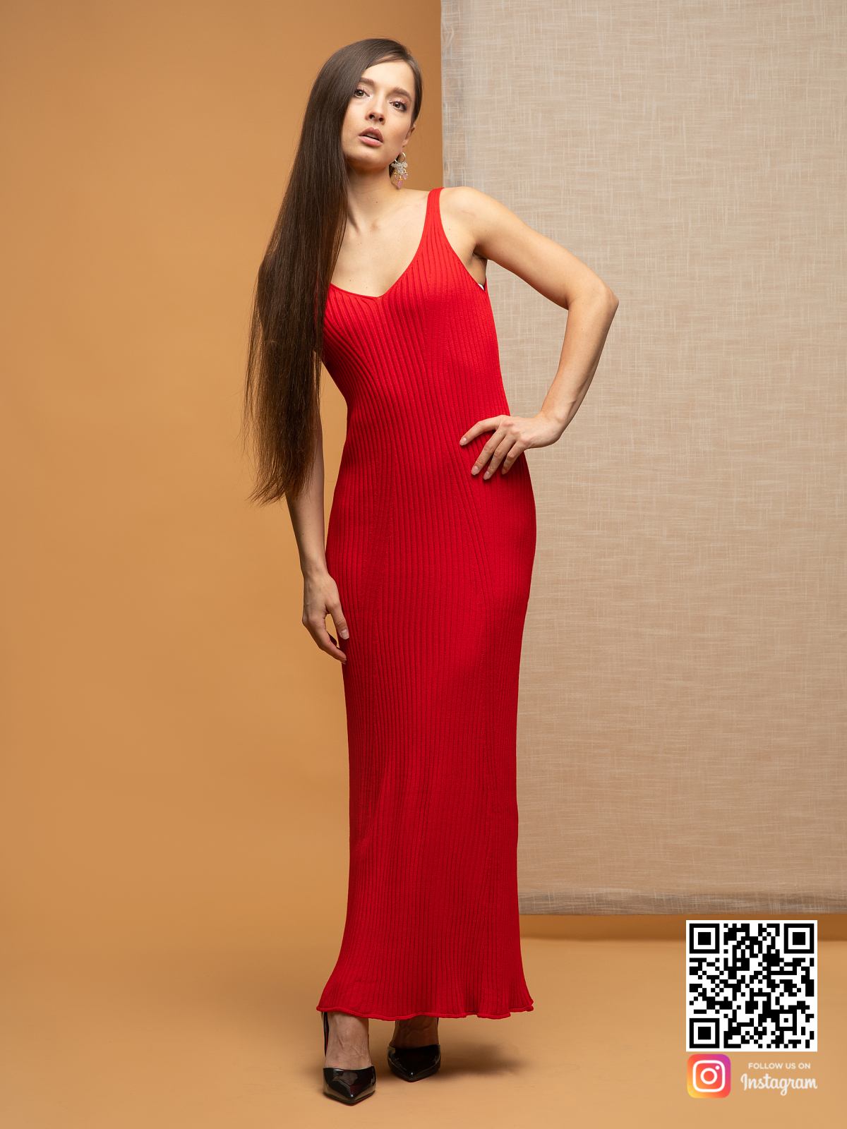 На фотографии легкое красное летнее платье от Shapar, бренда вязаной одежды ручной работы в интернет-магазине связанных спицами вещей.