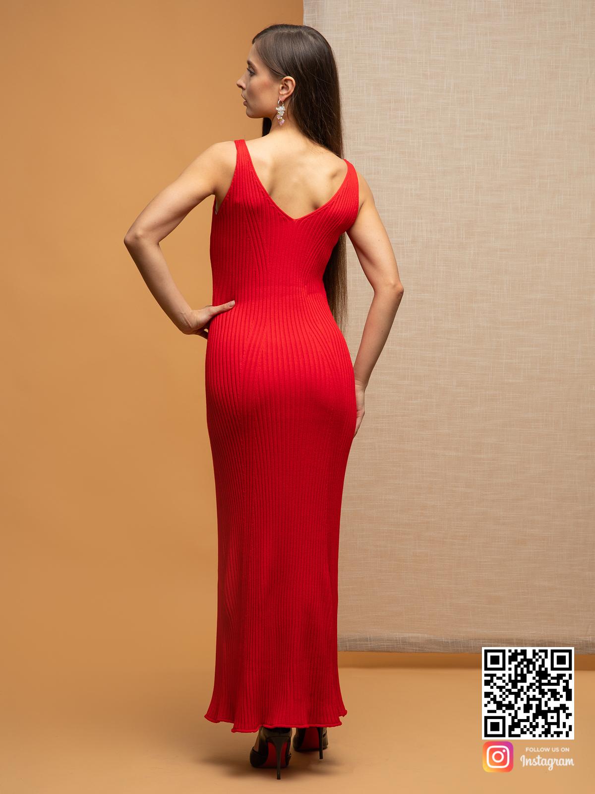 На второй фотографии красное летнее платье на бретельках от Shapar, бренда вязаной одежды ручной работы в интернет-магазине связанных спицами вещей.