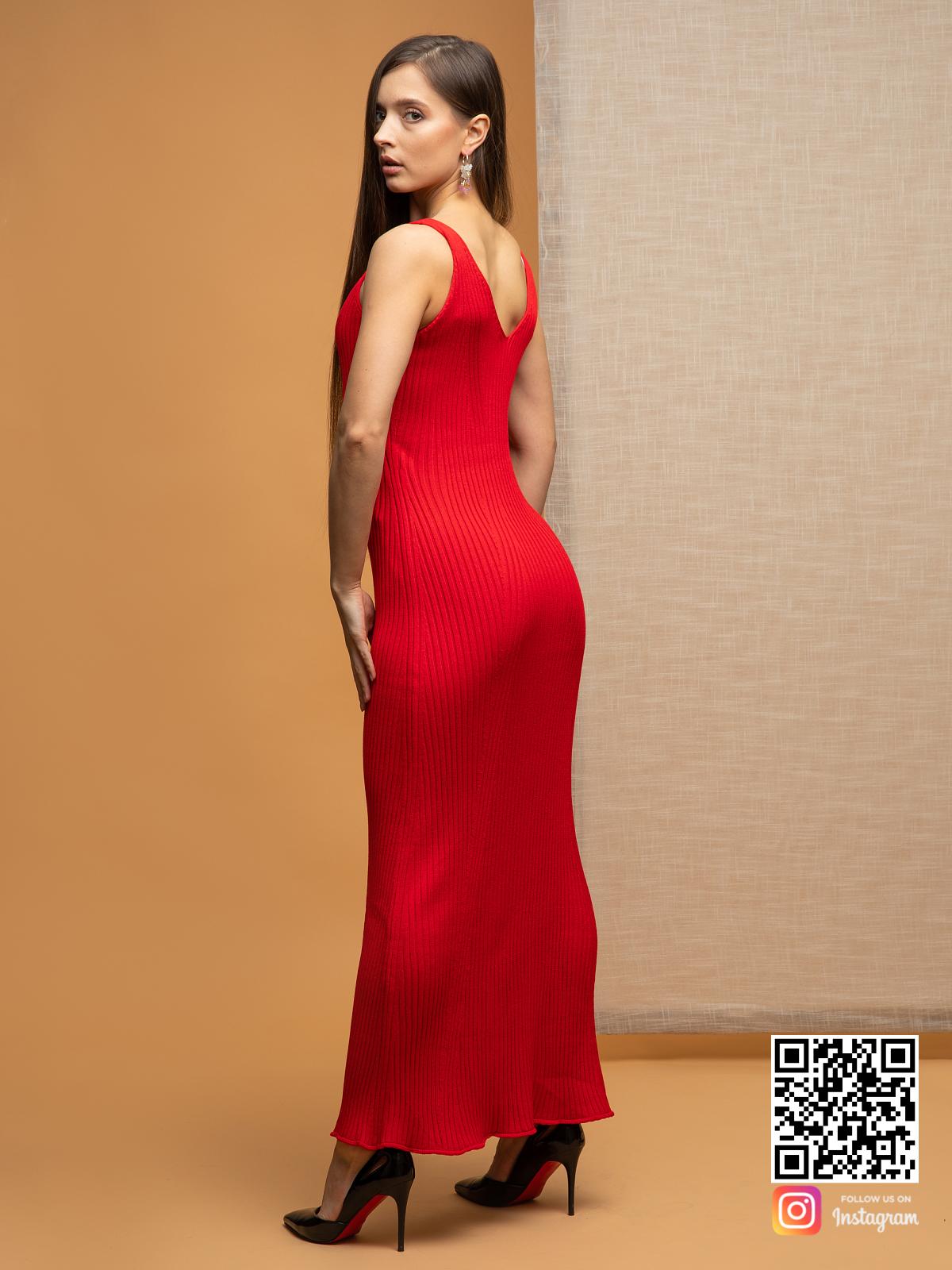 На третьей фотографии трикотажное красное платье на лето от Shapar, бренда вязаной одежды ручной работы в интернет-магазине связанных спицами вещей.