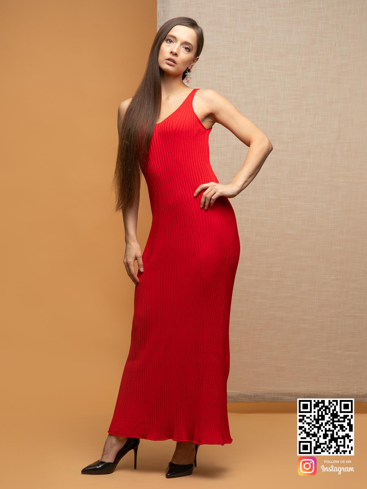 На пятой фотографии женское красное летнее платье от Shapar, бренда вязаной одежды ручной работы в интернет-магазине связанных спицами вещей.