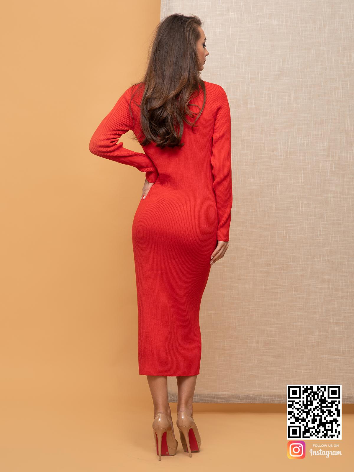 На пятой фотографии женское красное платье футляр в длине миди от Shapar, бренда вязаной одежды ручной работы в интернет-магазине связанных спицами вещей.