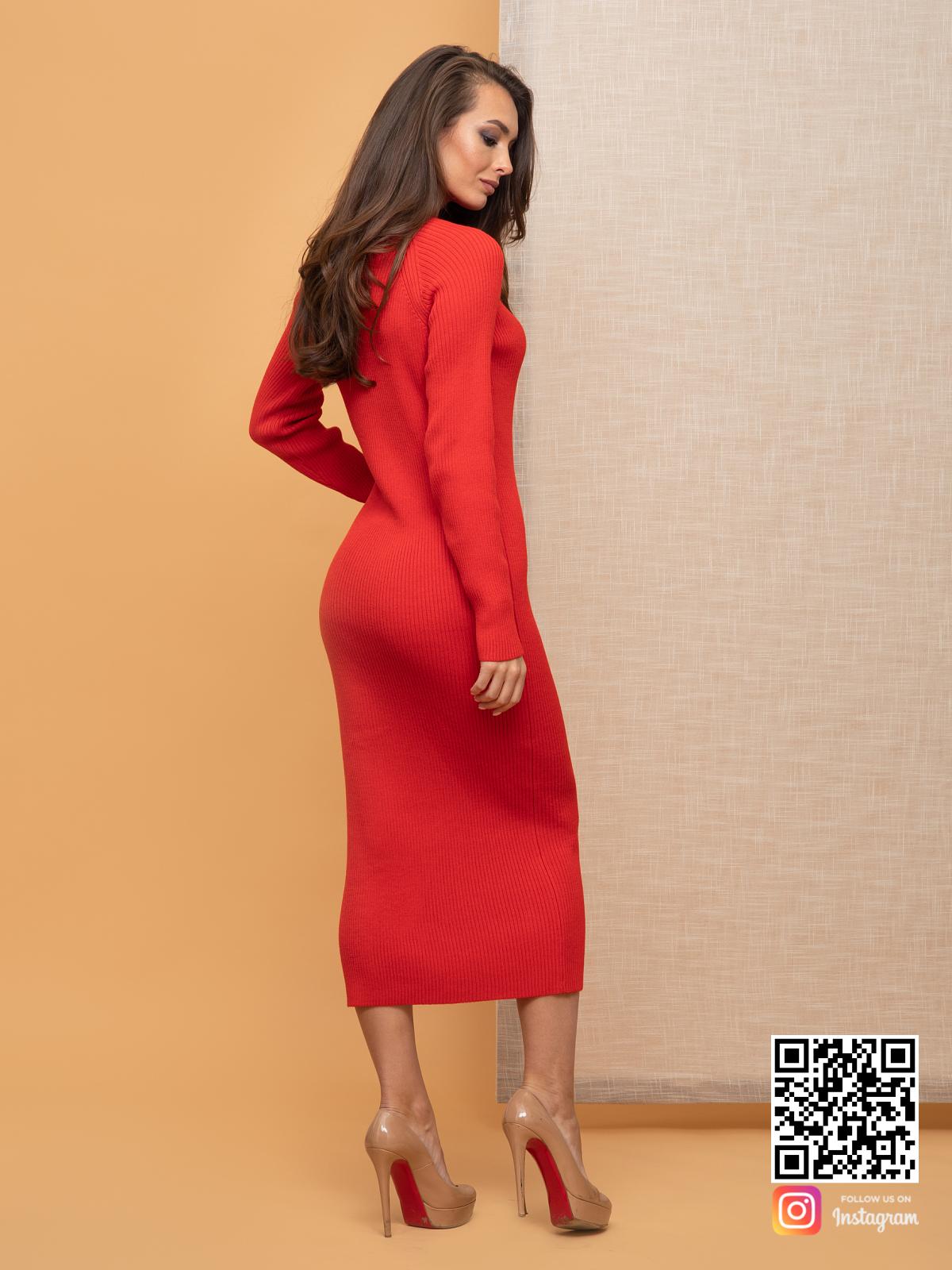 На второй фотографии женское красное платье футляр со спины от Shapar, бренда вязаной одежды ручной работы в интернет-магазине связанных спицами вещей.