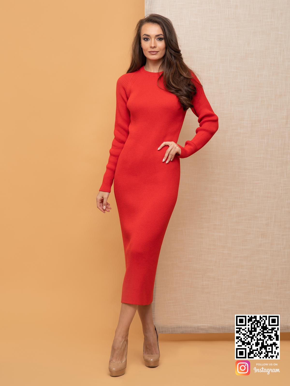 На фотографии женское красное платье футляр от Shapar, бренда вязаной одежды ручной работы в интернет-магазине связанных спицами вещей.