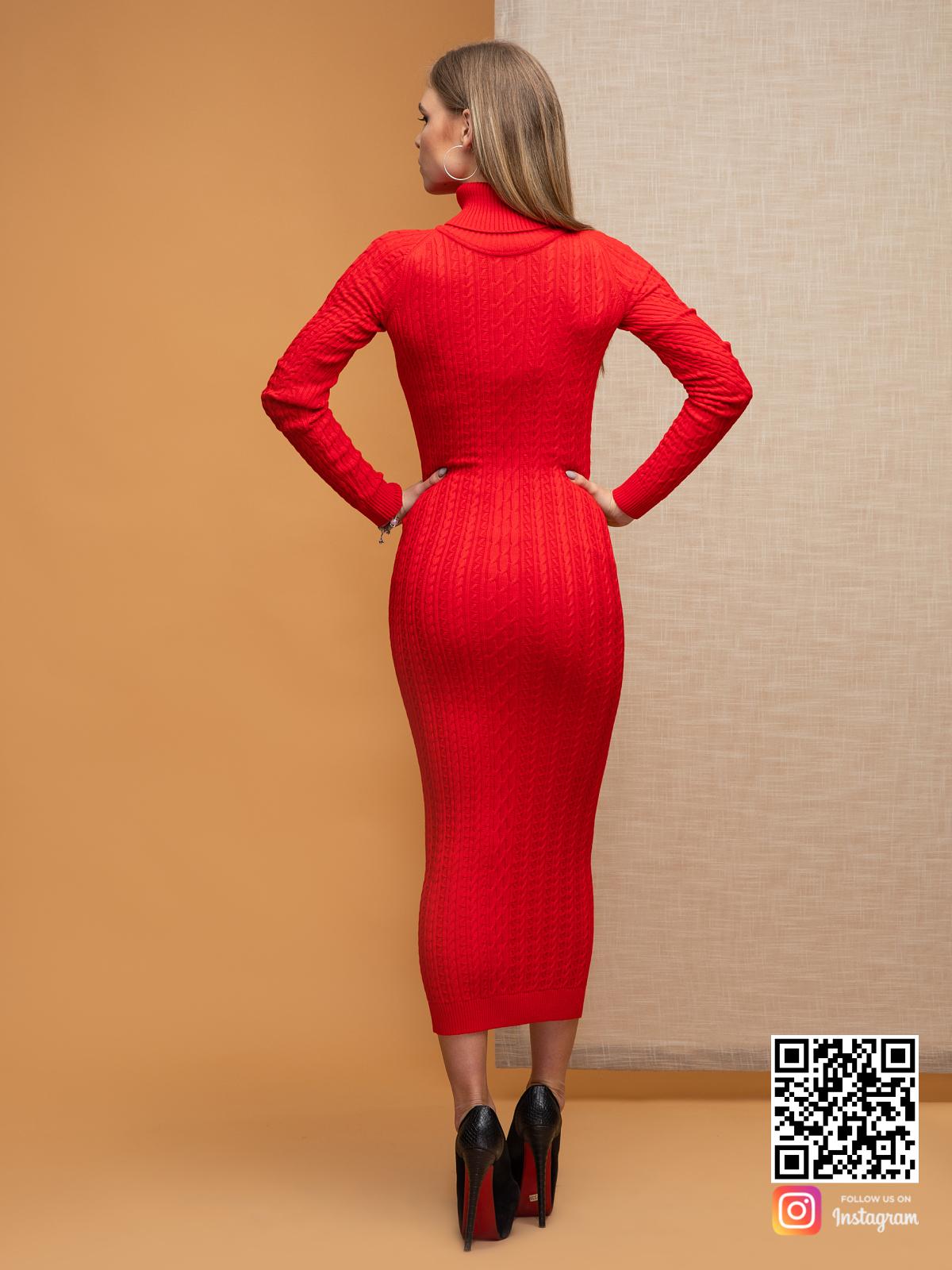 На второй фотографии вязаное красное трикотажное платье со спины от Shapar, бренда одежды ручной работы в интернет-магазине связанных спицами вещей.