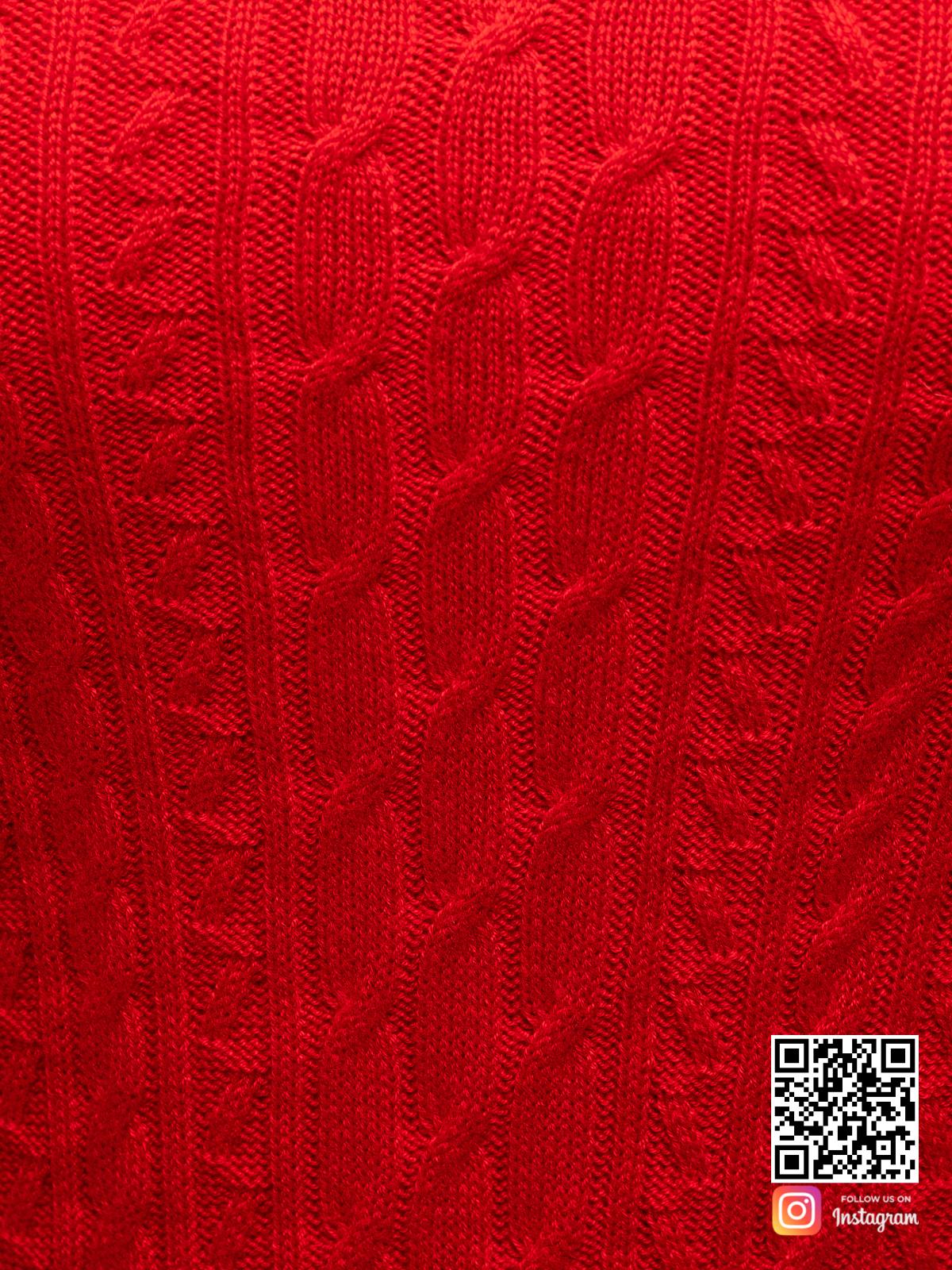 На четвертой фотографии красное трикотажное платье крупным планом от Shapar, бренда вязаной одежды ручной работы в интернет-магазине связанных спицами вещей.