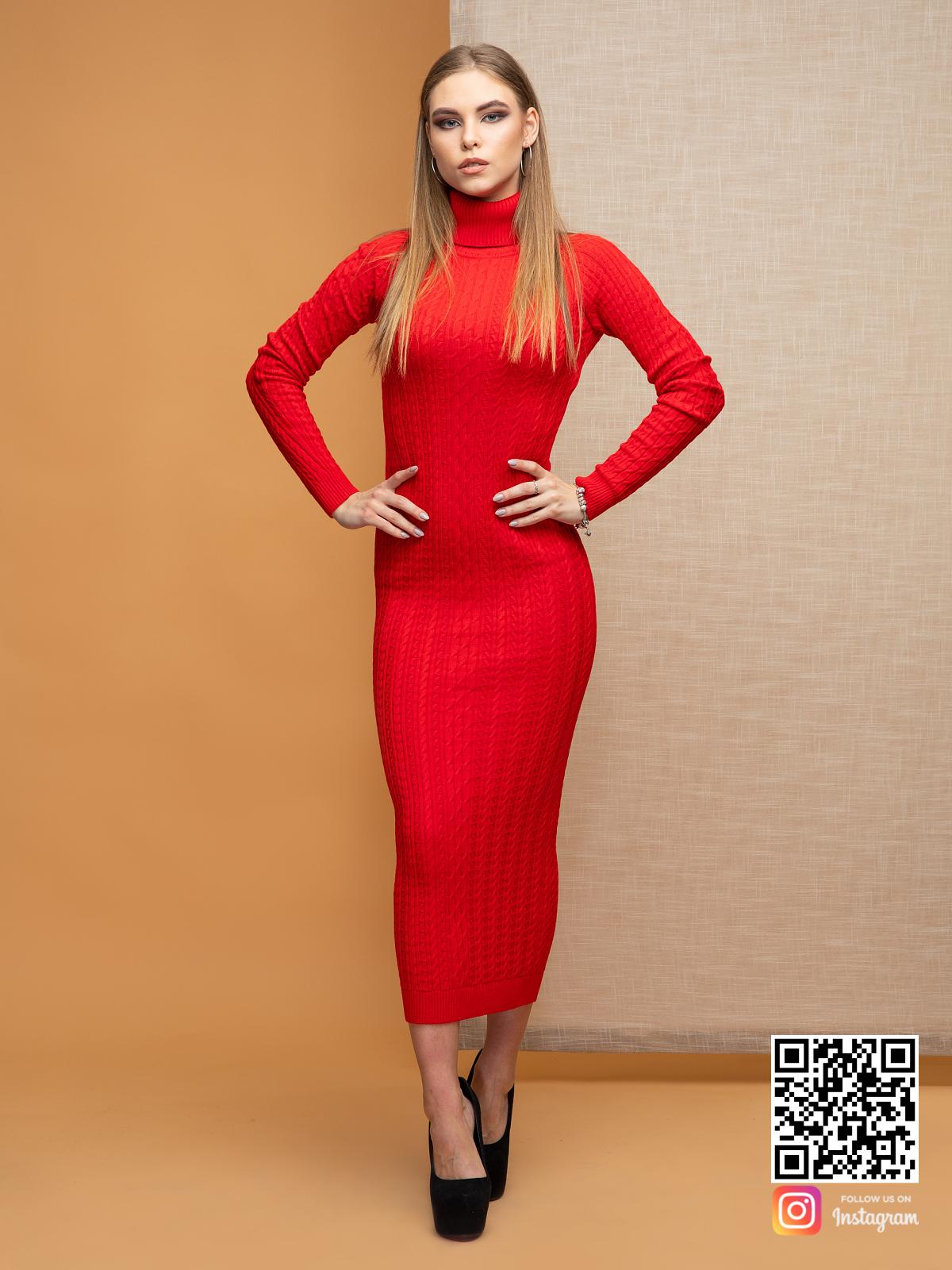 На фотографии красное трикотажное платье от Shapar, бренда вязаной одежды ручной работы в интернет-магазине связанных спицами вещей.