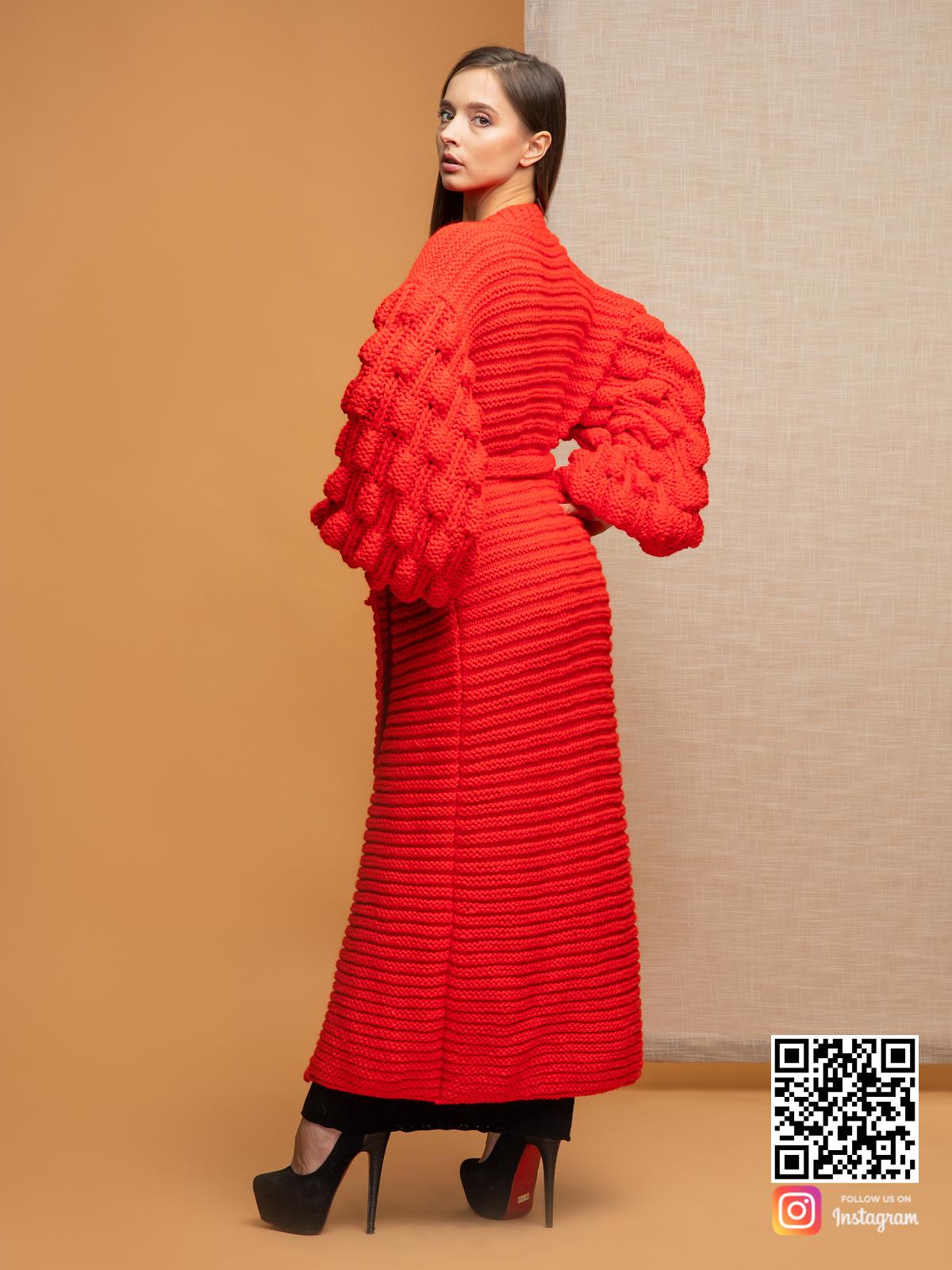На третьей фотографии женский красный кардиган со спины от Shapar, бренда вязаной одежды ручной работы в интернет-магазине связанных спицами вещей.