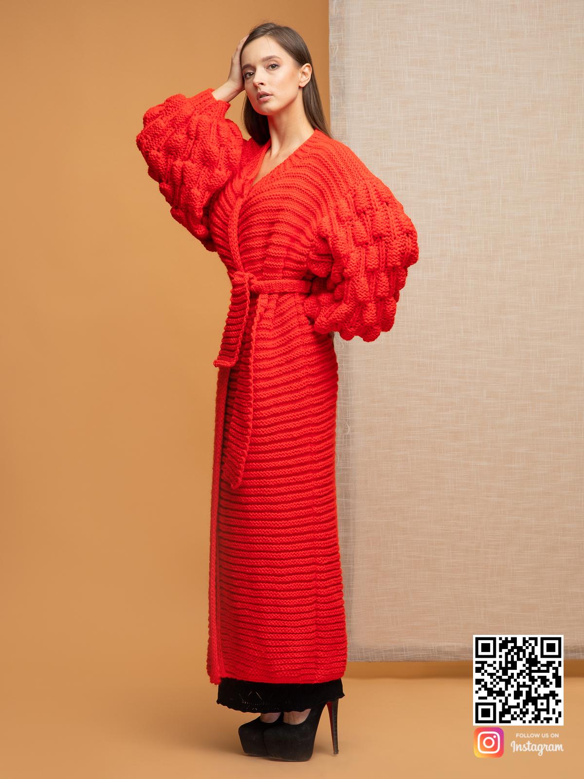 На второй фотографии длинный красный кардиган с объемными рукавами от Shapar, бренда вязаной одежды ручной работы в интернет-магазине связанных спицами вещей.