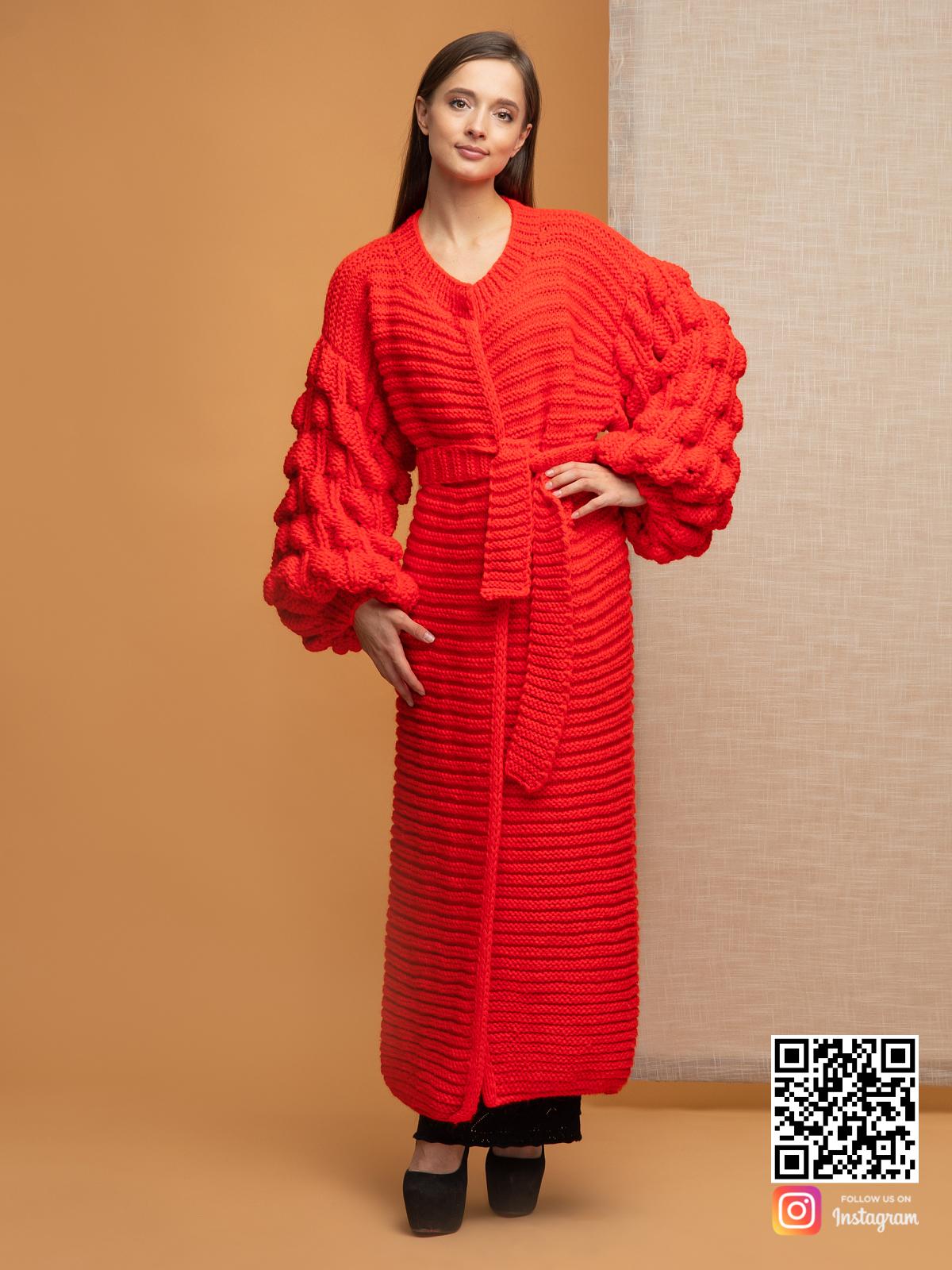 На фотографии женский красный кардиган с поясом от Shapar, бренда вязаной одежды ручной работы в интернет-магазине связанных спицами вещей.